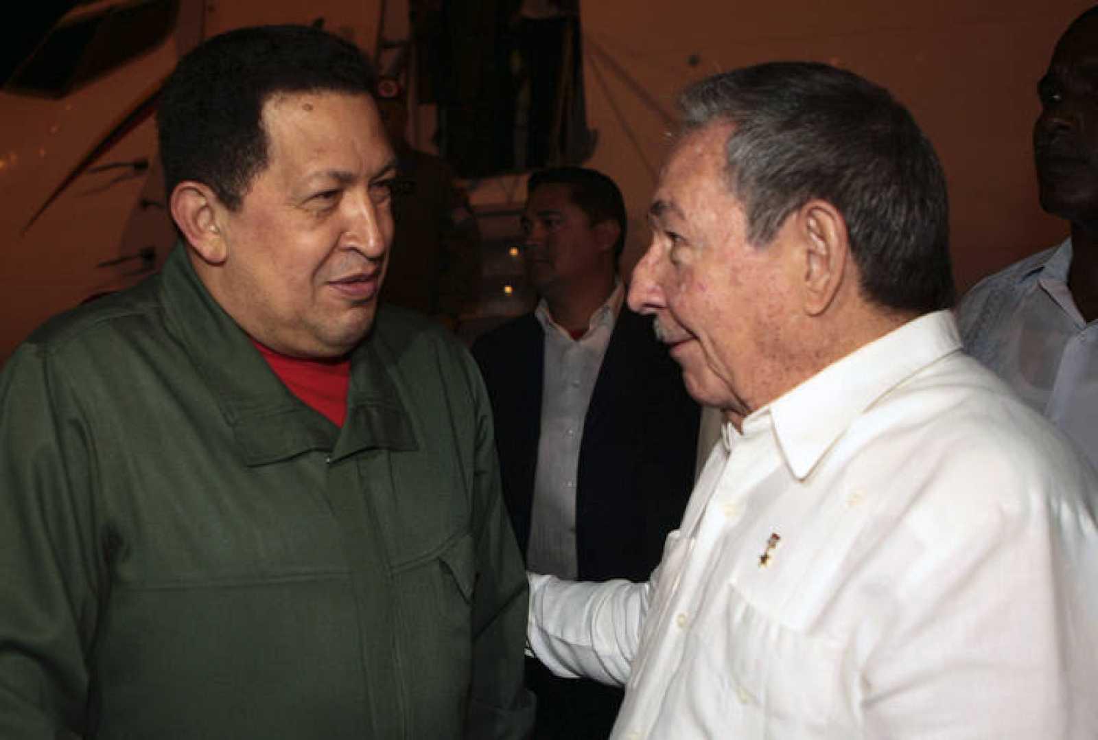 El presidente cubano, Raúl Castro, da la bienvenida a su homólogo venezolano, Hugo Chávez, en La Habana.
