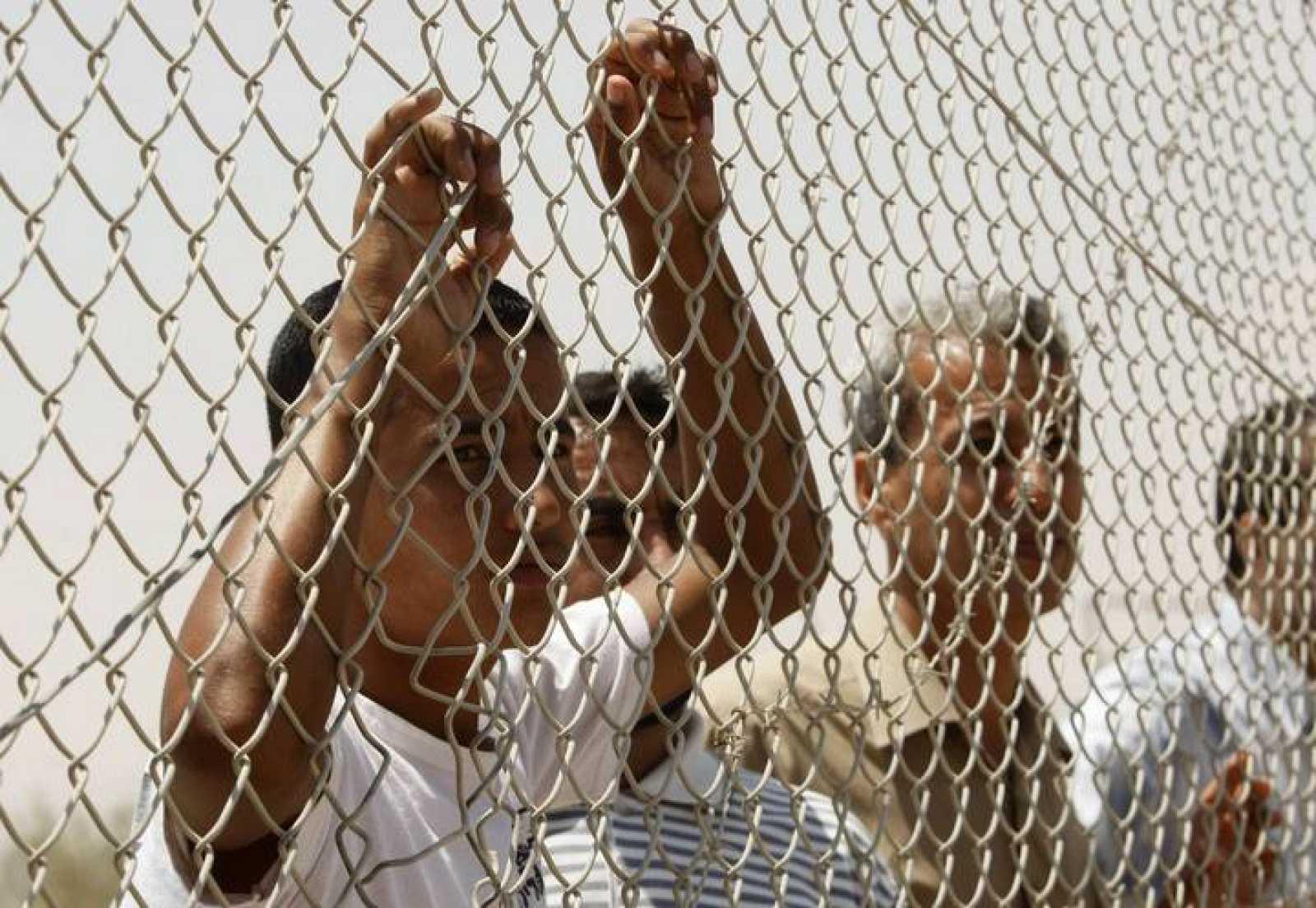 Un grupo de palestinos espera para llegar a Egipto atravesando el Paso de Rafah