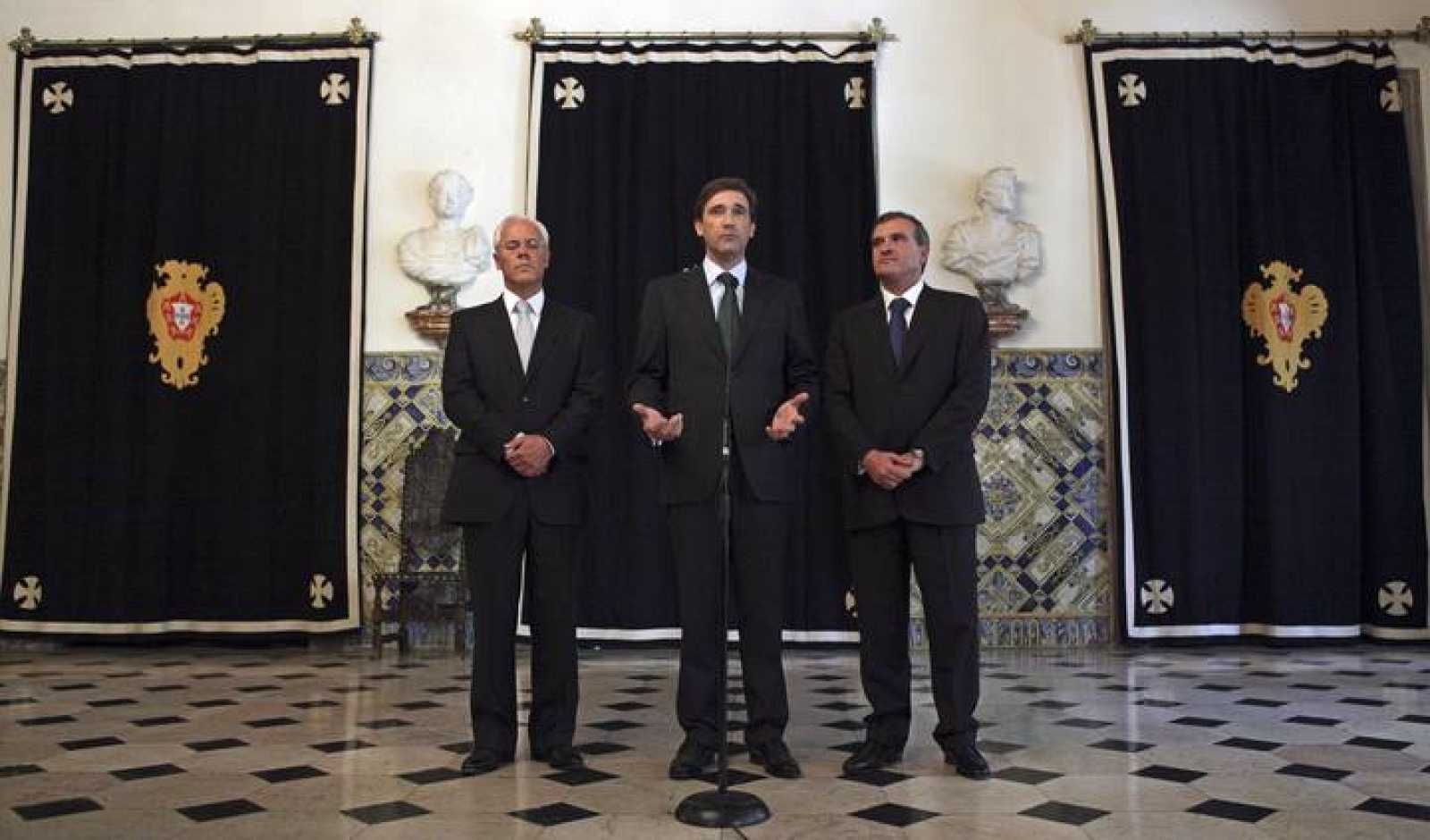 El presidente del Partido Social Demócrata luso, Pedro Passos Coelho, comparece en una rueda de prensa acompañado del secretario general de su partido, Miguel Relvas, y del líder parlamentario del PSD, Miguel Macedo