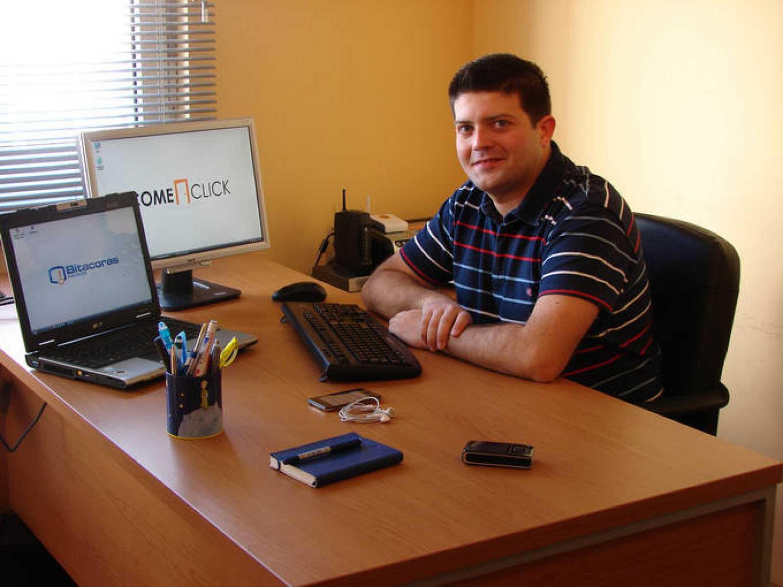 La oficina en casa de Raúl Ordónez, uno de los responsables de la web Bitácoras.com