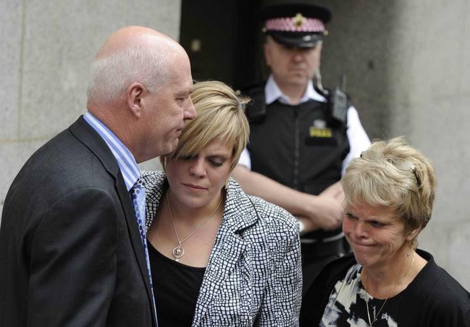 La familia de Milly Dowler tras leer un comunicado a los medios ante el tribunal de Londres.