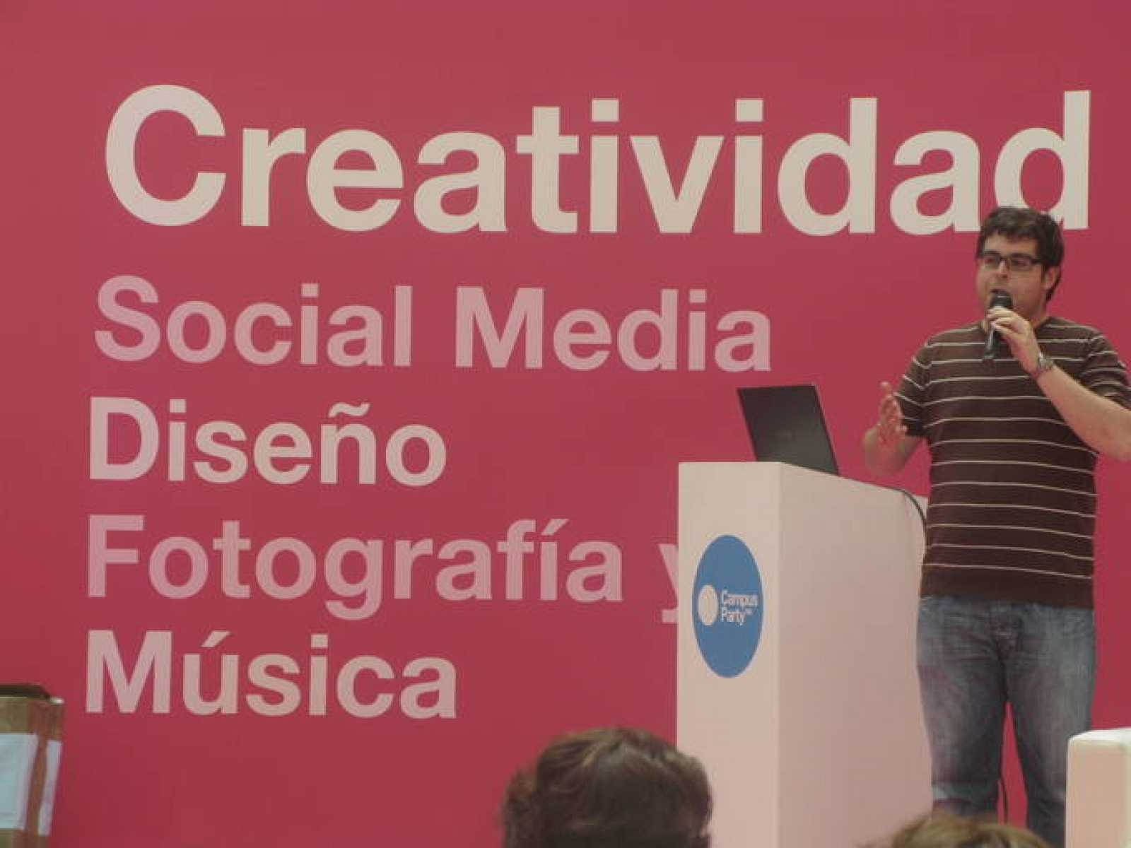 Santi Navarro durante la charla que ha tenido lugar en el escenario de Creatividad del Ágora.