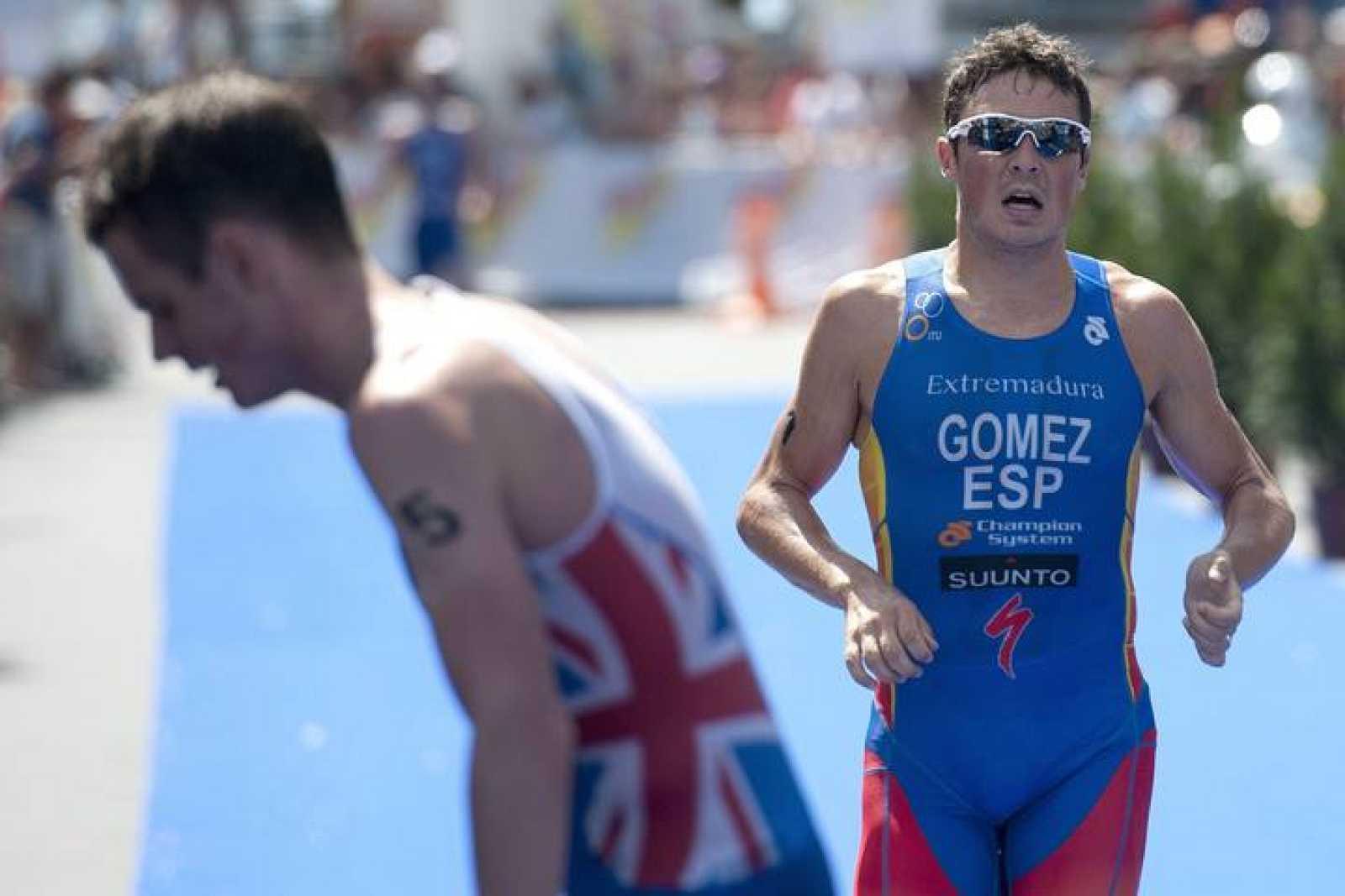 El español Javier Gómez Noya cruza la línea de meta tras el británico Jonathan Brownlee