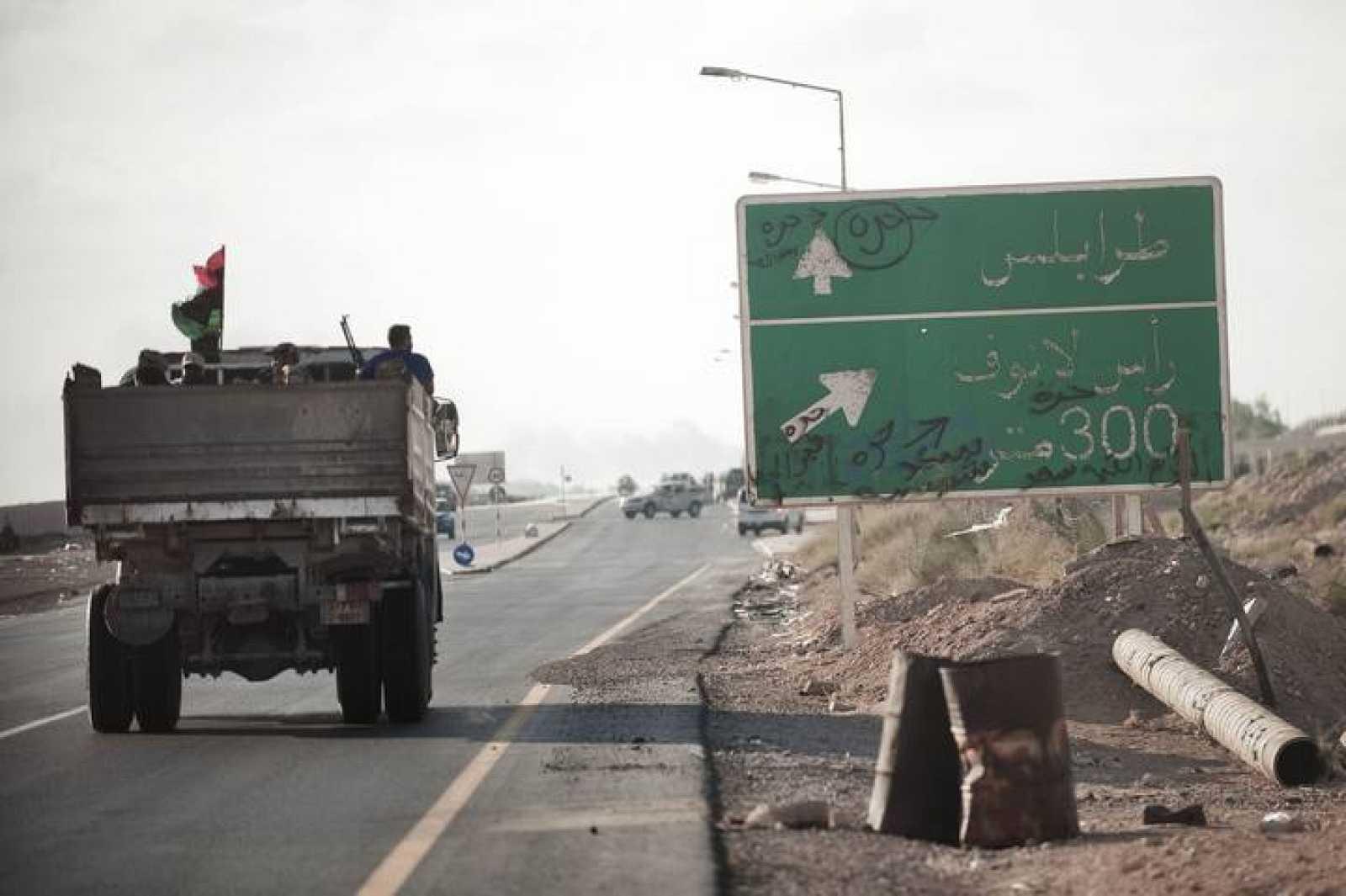 Un camión usado por los rebeldes circula por la ciudad de Ras Lanuf, al este del país