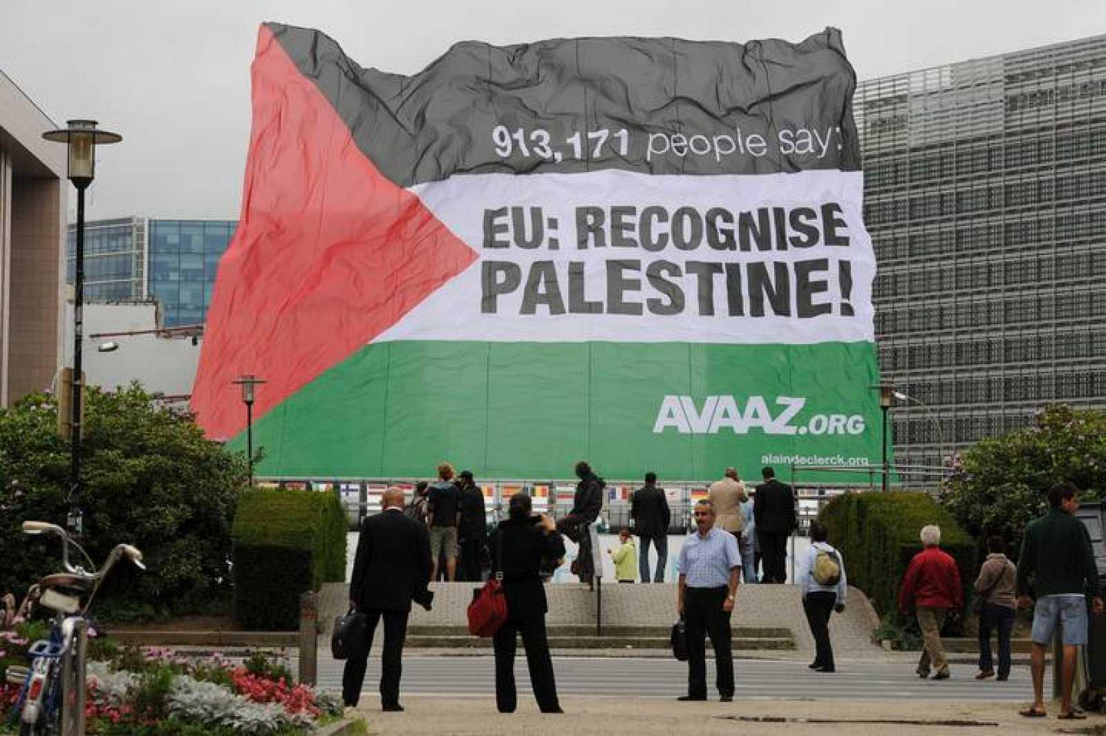 Un bandera palestina de la campaña para apoyar su reconocimiento como estado, frente a la sede de la UE en Bruselas
