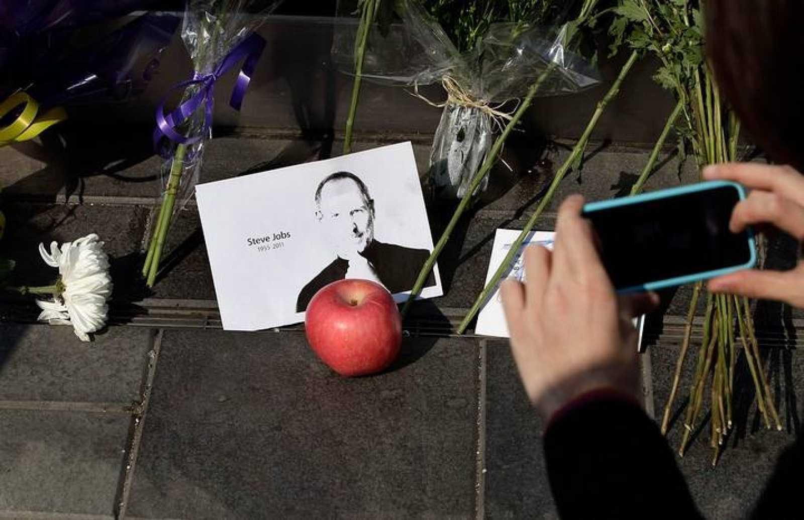 Las tiendas de Apple se han convertido en altares para homenajear a Steve Jobs