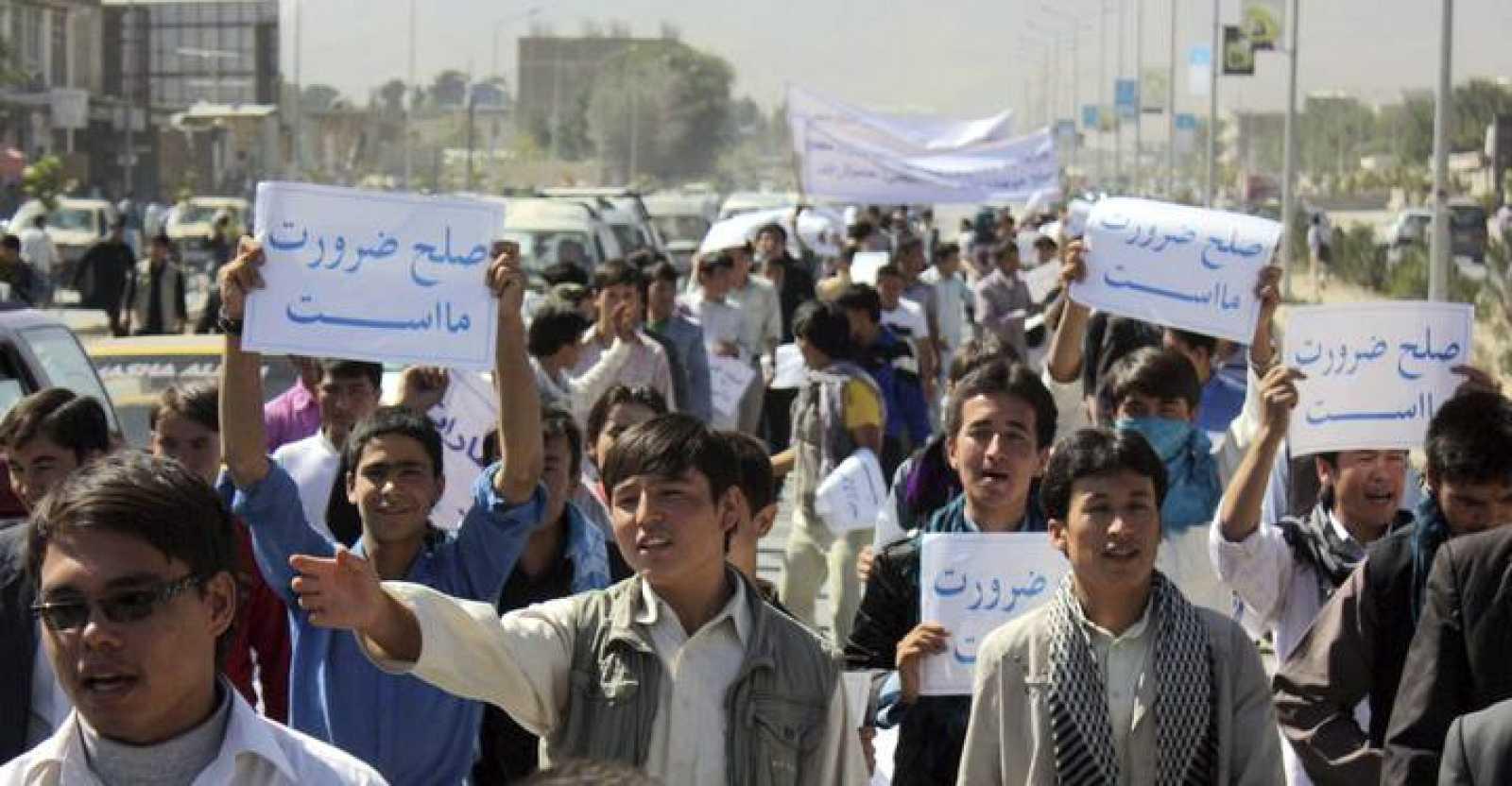 """Jóvenes afganos portan pancartas en las que se puede leer """"queremos paz"""""""
