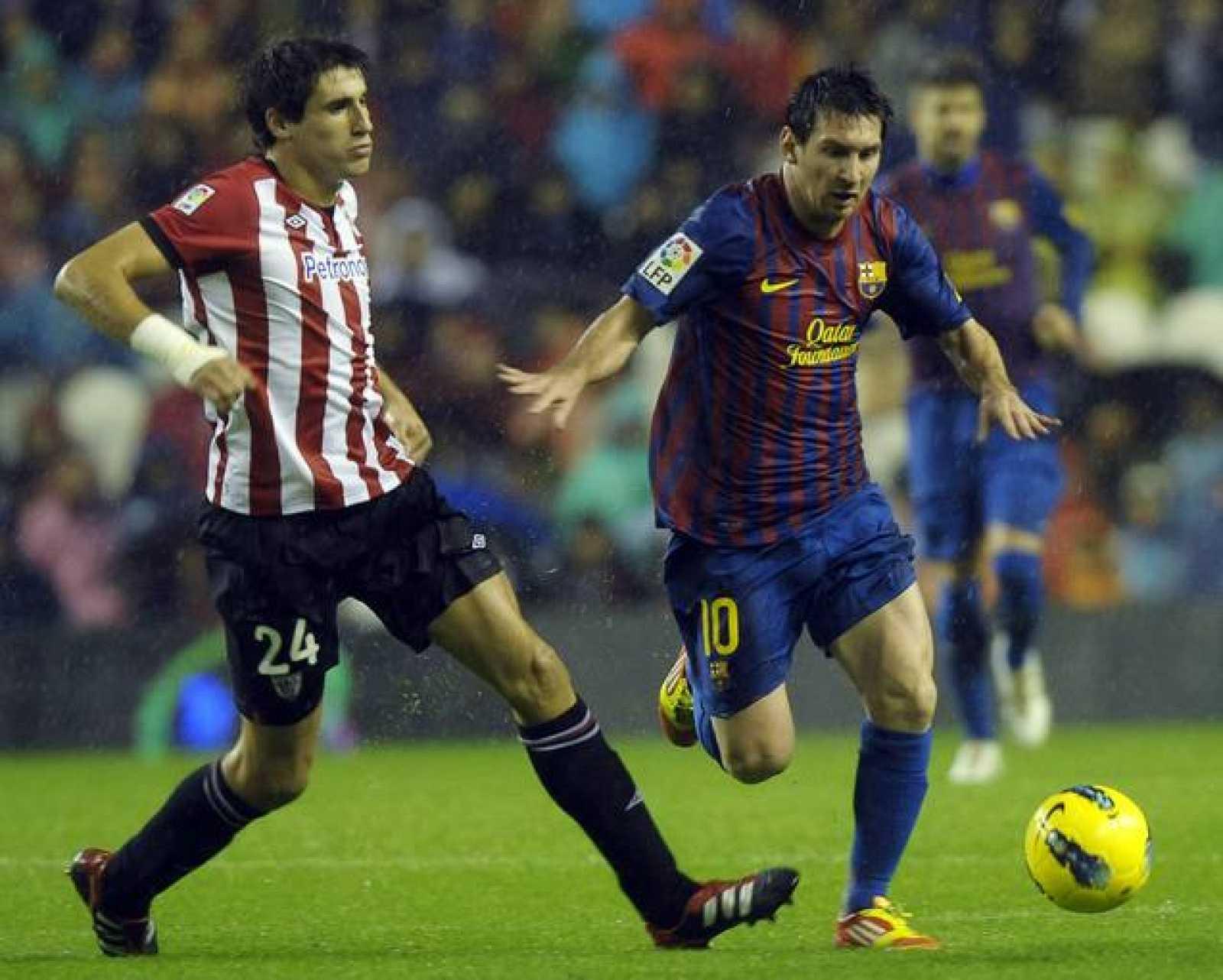 Messi disputa un balón con el centrocampista del Athletic, Javi Martínez