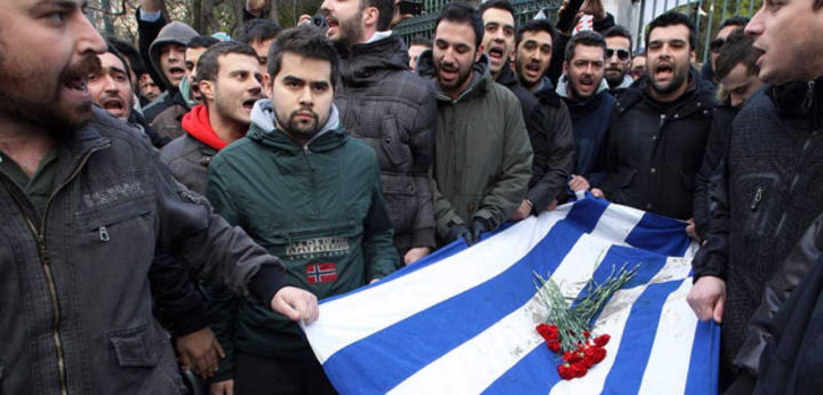 Primera gran manifestación en Atenas contra el nuevo Gobierno de coalición nacional