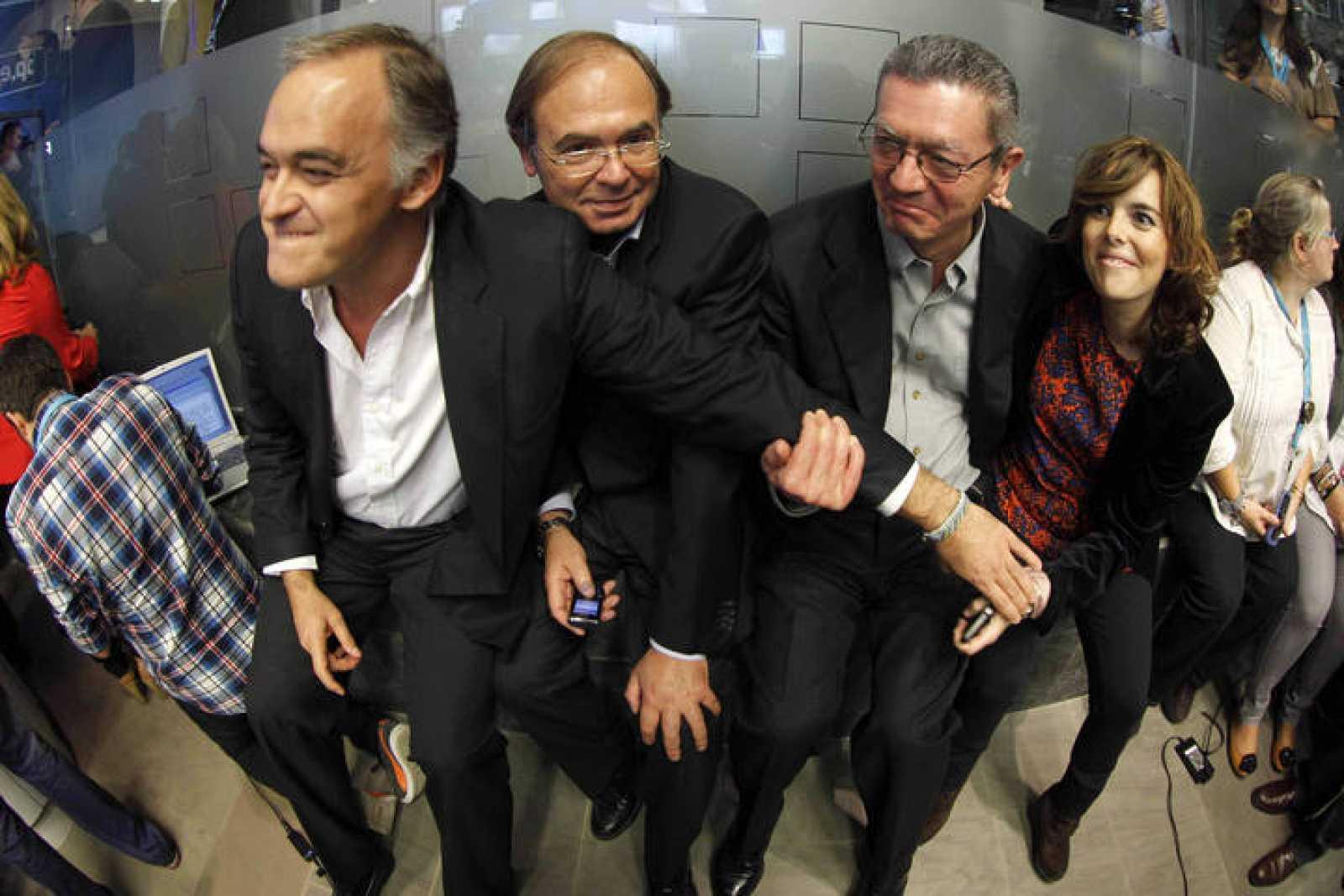 El portavoz popular en el Senado, Pío García-Escudero, segundo por la izquierda, acompañado de Esteban González Pons, Alberto Ruiz Gallardón y Soraya Sáenz de Santamaría, celebran la victoria electoral del PP en la sede de la calle Génova, en Madrid.