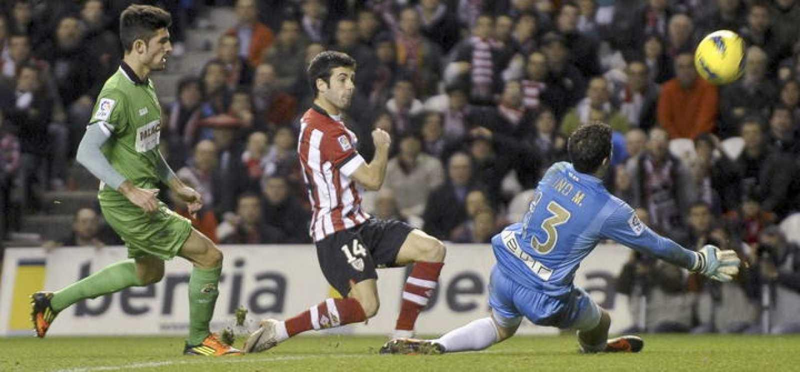 Markel Susaeta (c) intenta batir al portero del Racing de Santander Toño Martínez (d) durante el partido.