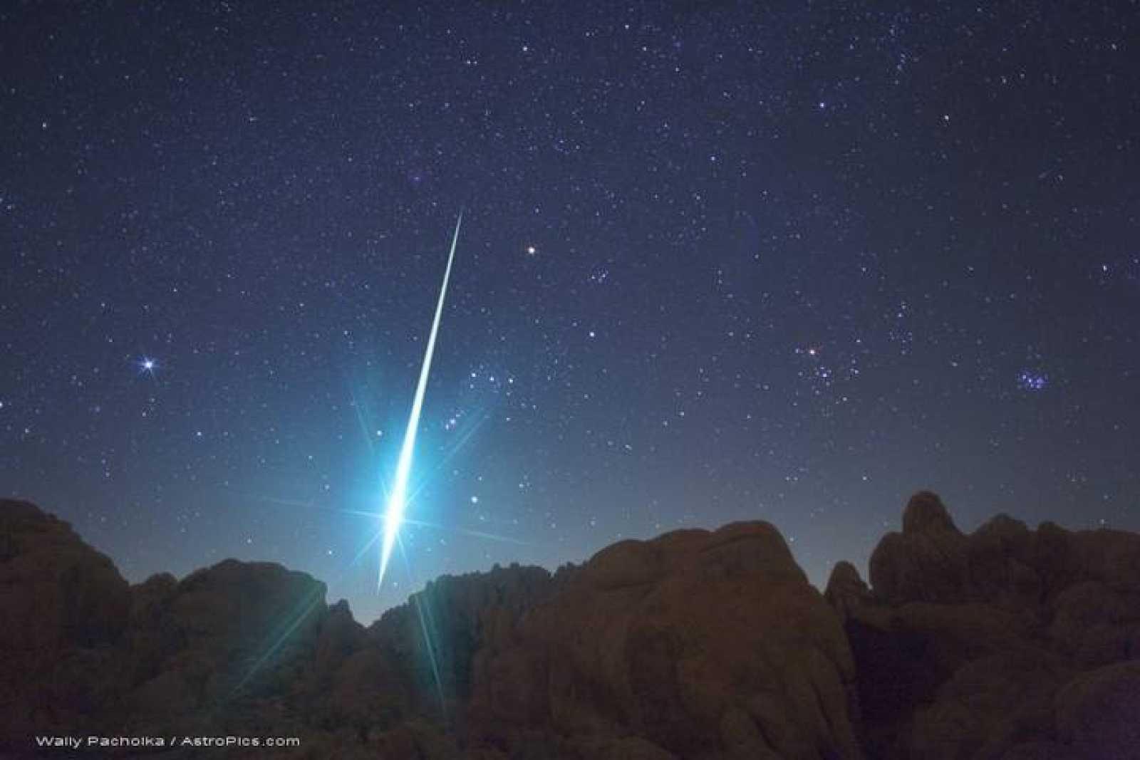 Imagen de uno de los meteoros cayendo durante la lluvia de estrellas de las Gemínidas de 2009 en el desierto de Mojave