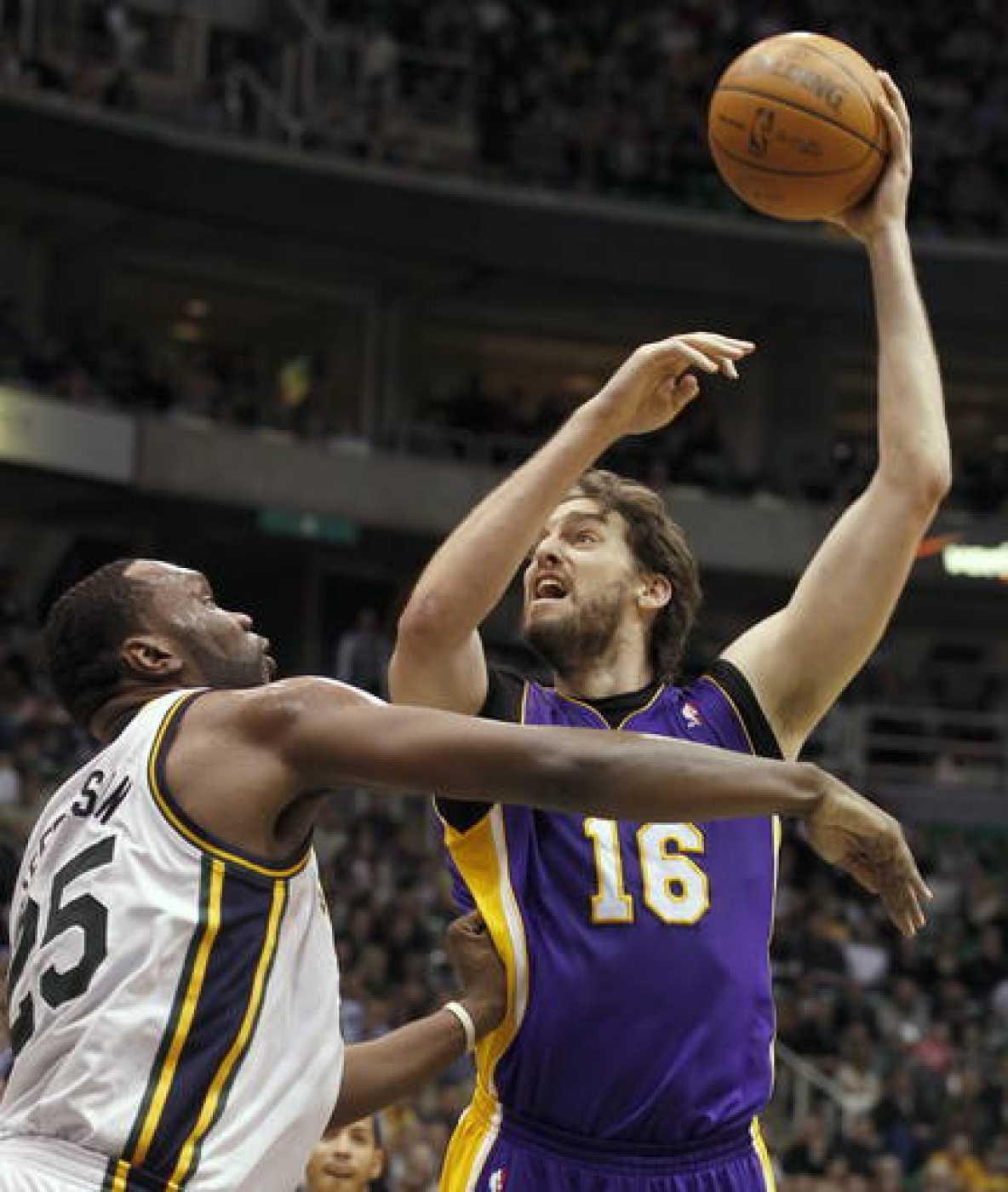 El jugador de Lakers Pau Gasol (d) es marcado por Al Jefferson (i), de Jazz.