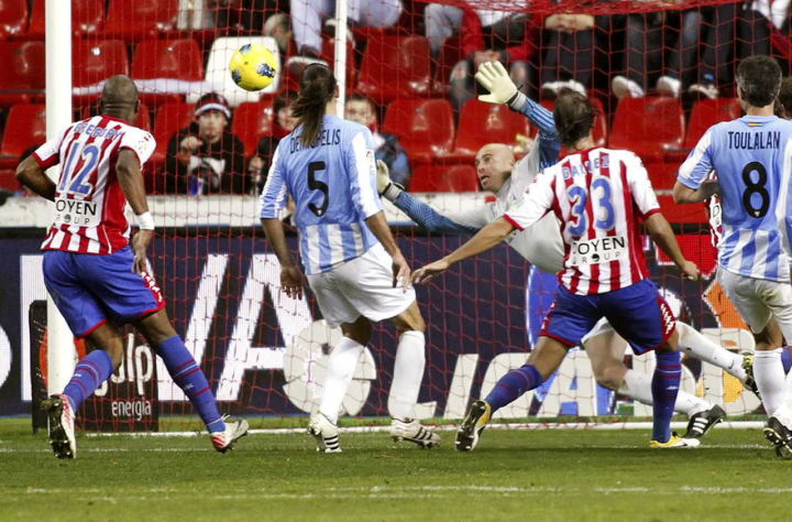 El defensa del Sporting de Gijón Alejandro Gálvez (2d) marca de cabeza el  primer 2f5efe17a90b4