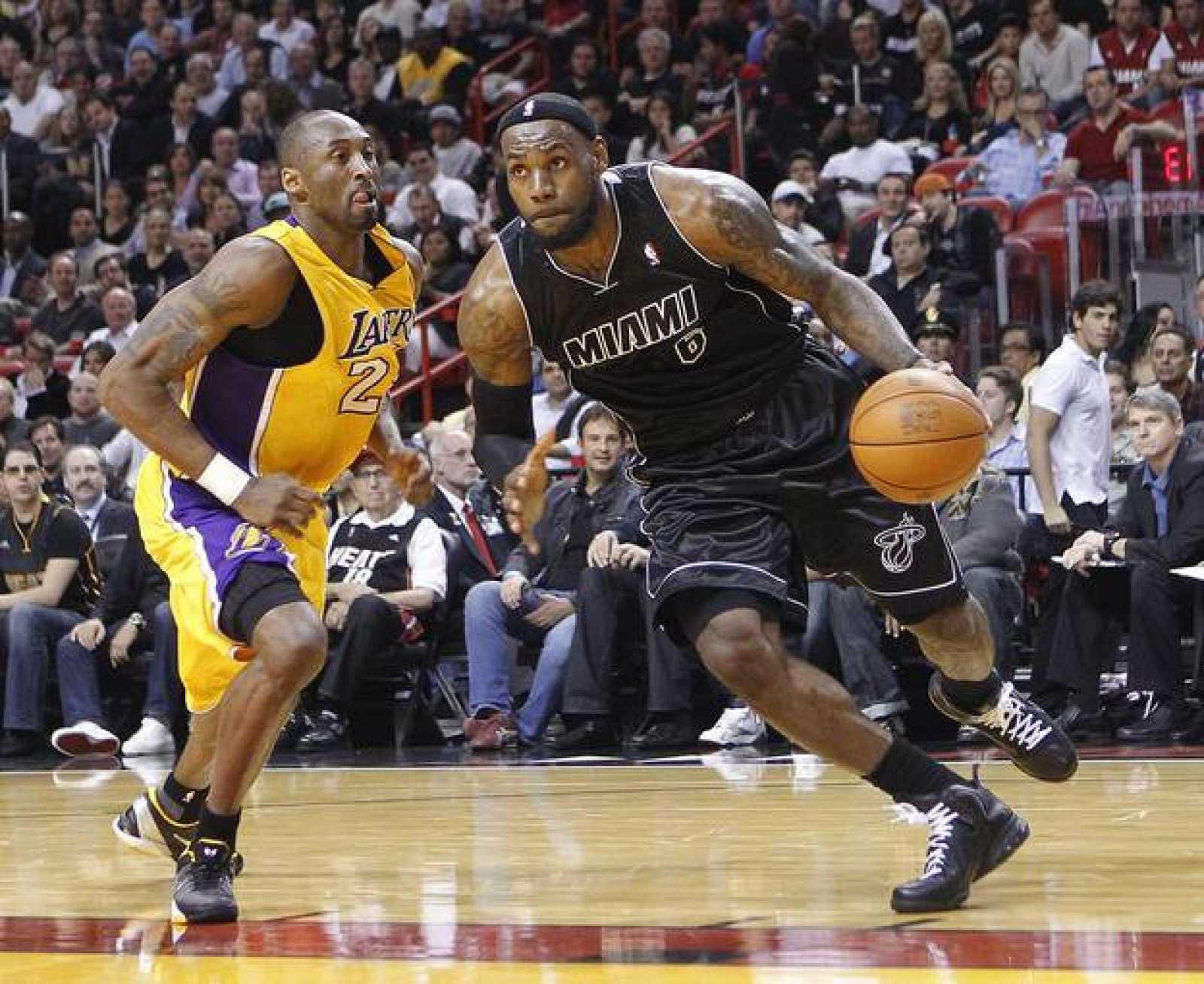 LeBron James, de los Miami Heat, da una pasada a Kobe Bryant, de Los Angeles Lakers.