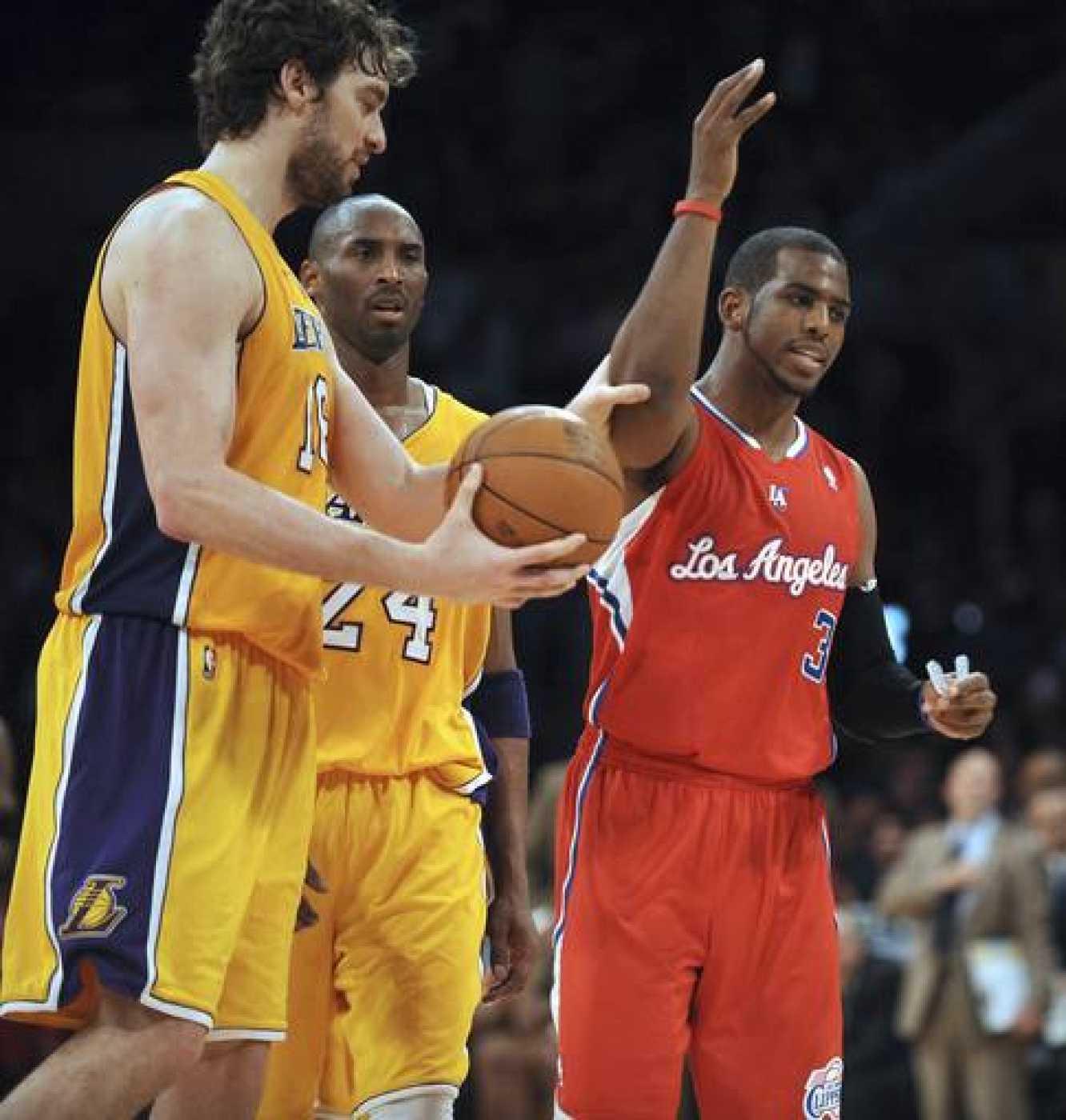 El jugador español Pau Gasol (i), de Los Angeles Lakers, agarra a Chris Paul (d), de Los Angeles Clippers.