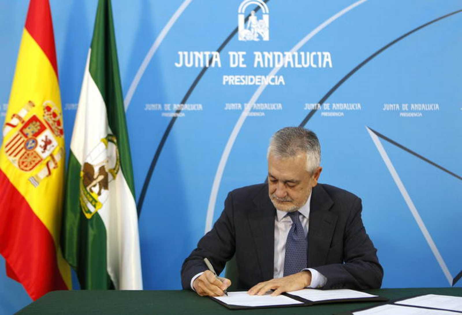 El presidente de la Junta de Andalucía, José Antonio Griñán firma la convocatoria de las elecciones andaluzas.