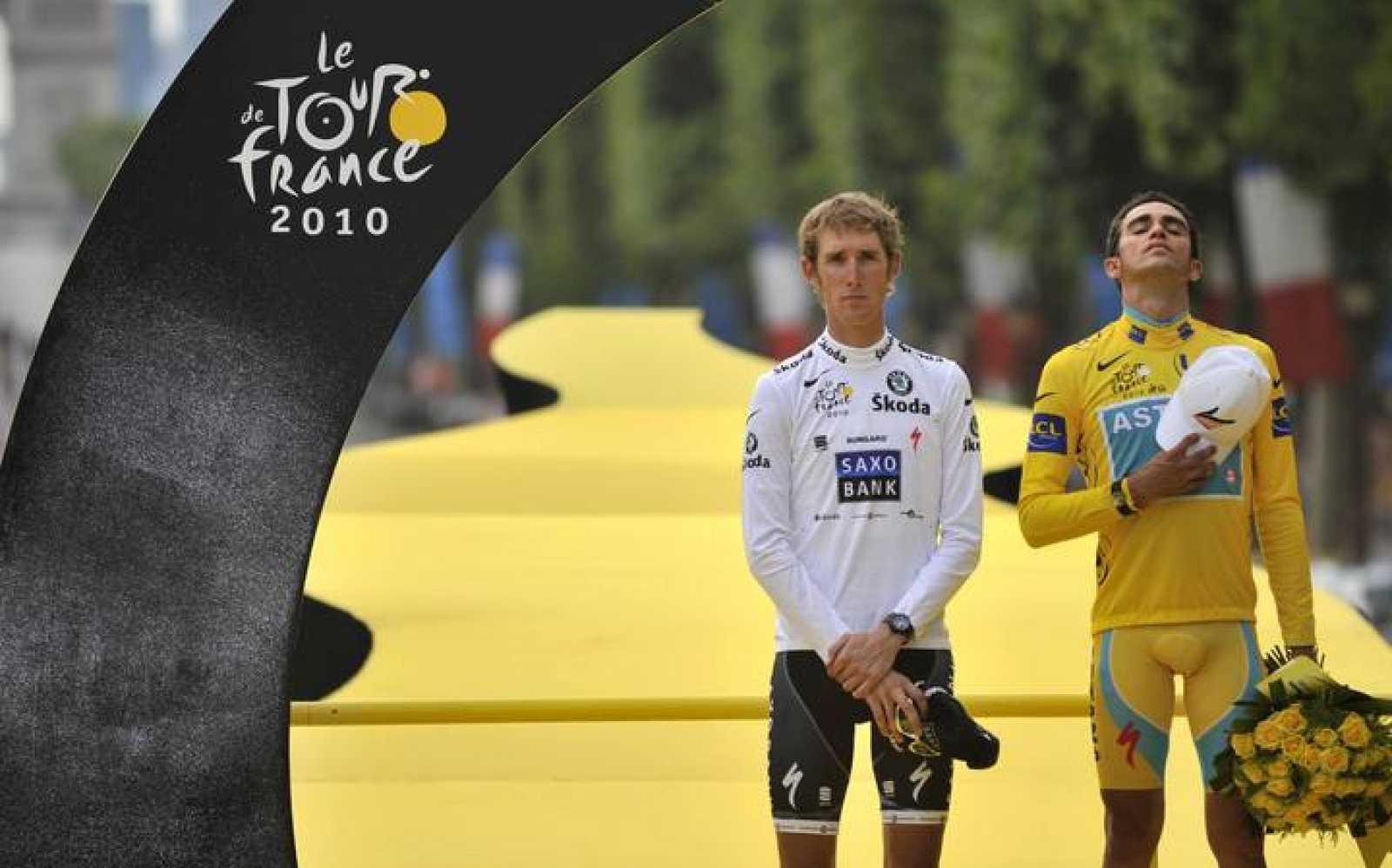 Alberto Contador, en el podio de París en el Tour de Francia 2010 junto junto a Andy Schleck (L).