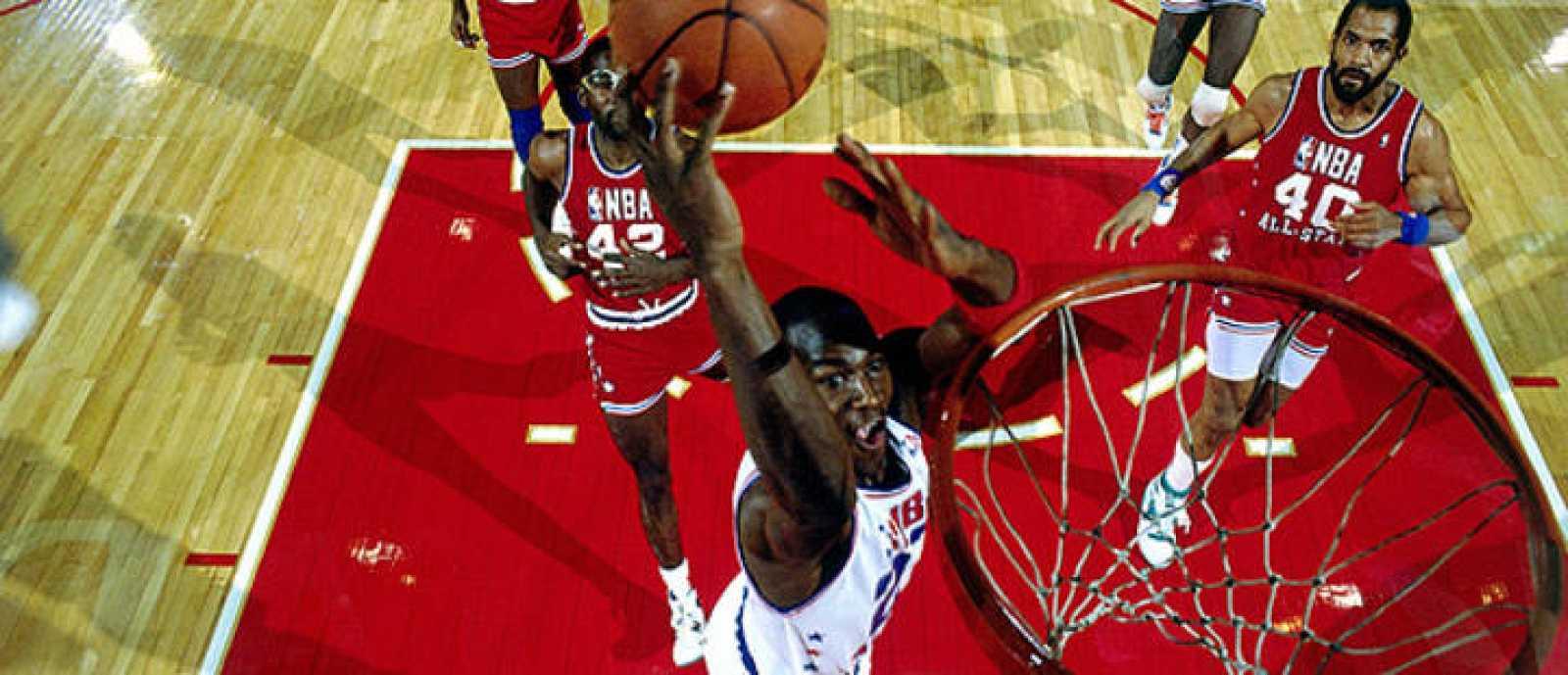 Michael Jordan realiza un mate durante el All-Star de 1988