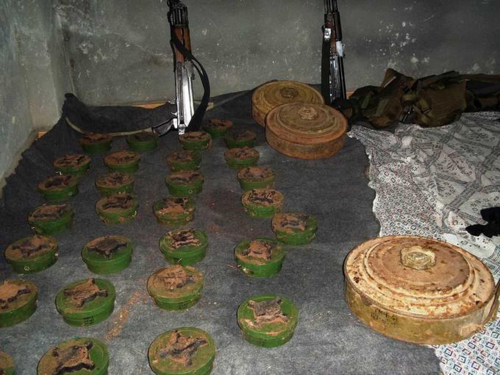 Minas antipersonas supuestamente colocadas por el Ejército sirio en la frontera con Líbano, y extraidas por activistas libaneses y sirios el 8 de marzo