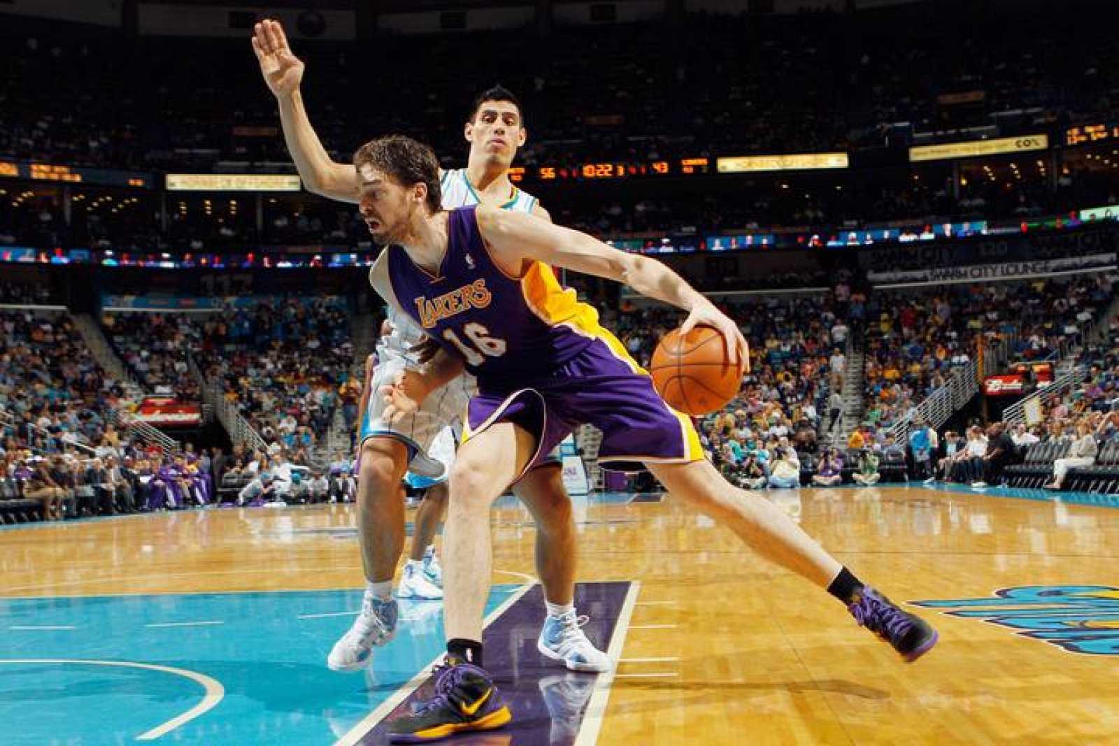 Pau Gasol, de los Angeles Lakers, ante Gustavo Ayon, de los New Orleans Hornets.
