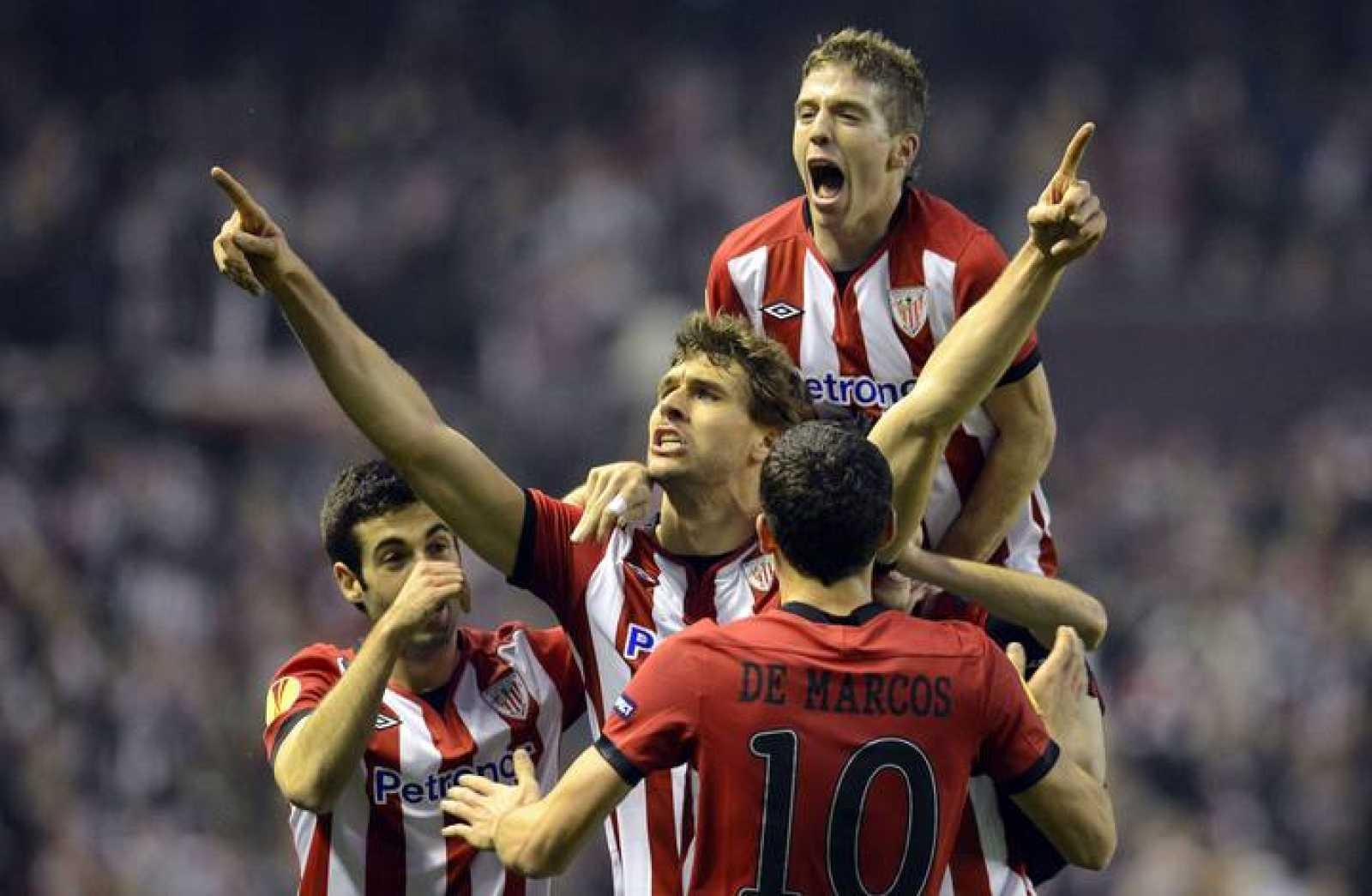 Los jugadores del Athletic celebran el gol de Llorente.