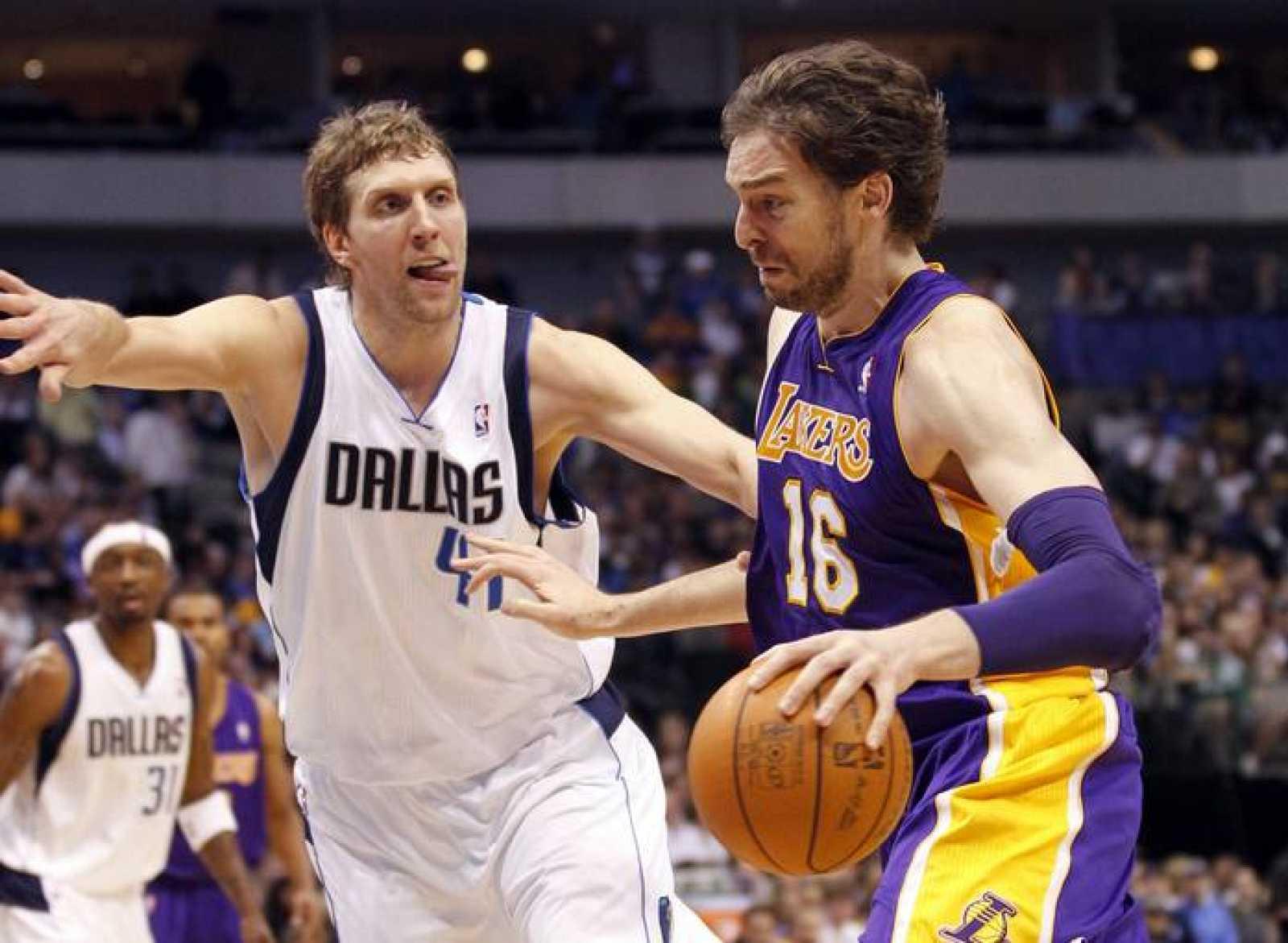 El jugador de los Angeles Lakers, Pau Gasol, ante el de los Dallas Mavericks, Dirk Nowitzki.