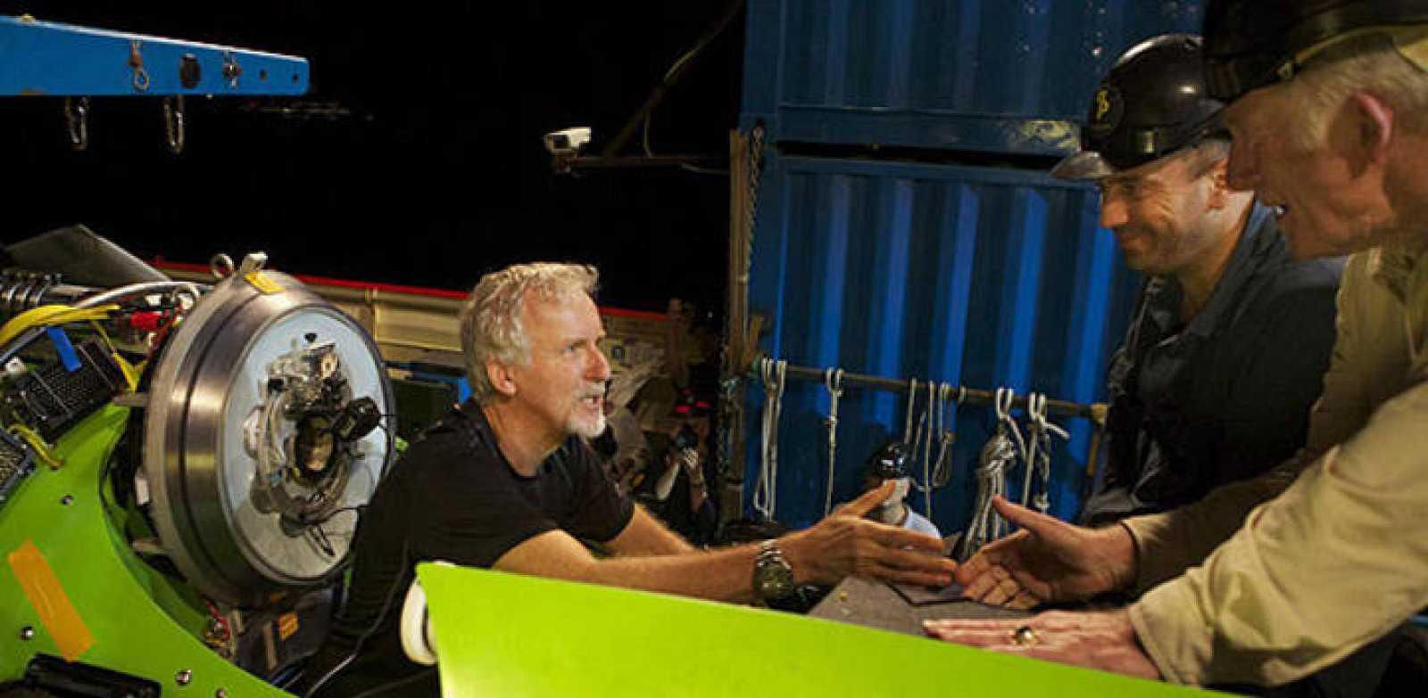 James Cameron ultimando los preparativos para el descenso