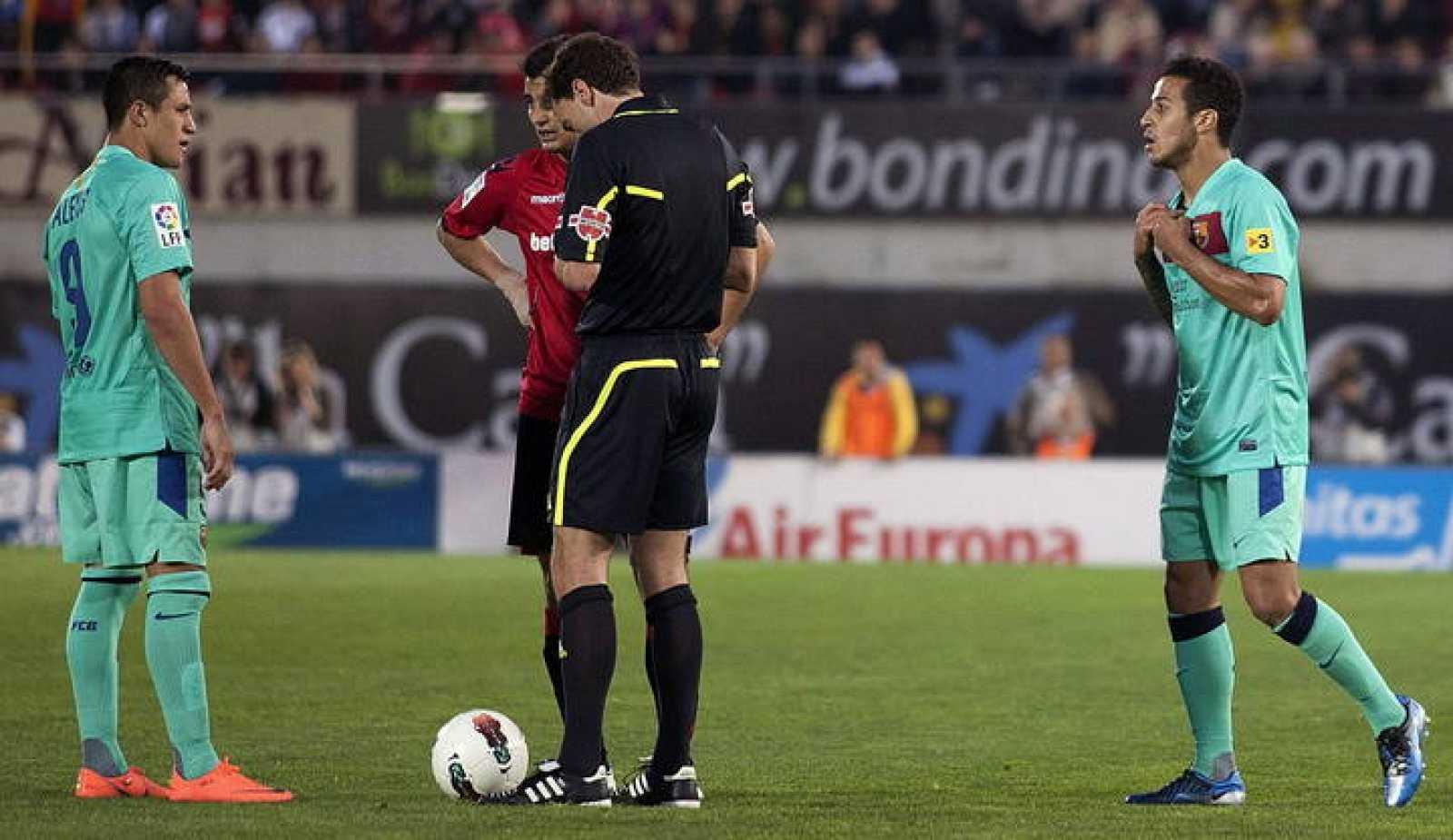El centrocampista del FC Barcelona Thiago Alcántara protesta su expulsión al árbitro Ayza Gámez en el partido ante el Mallorca.