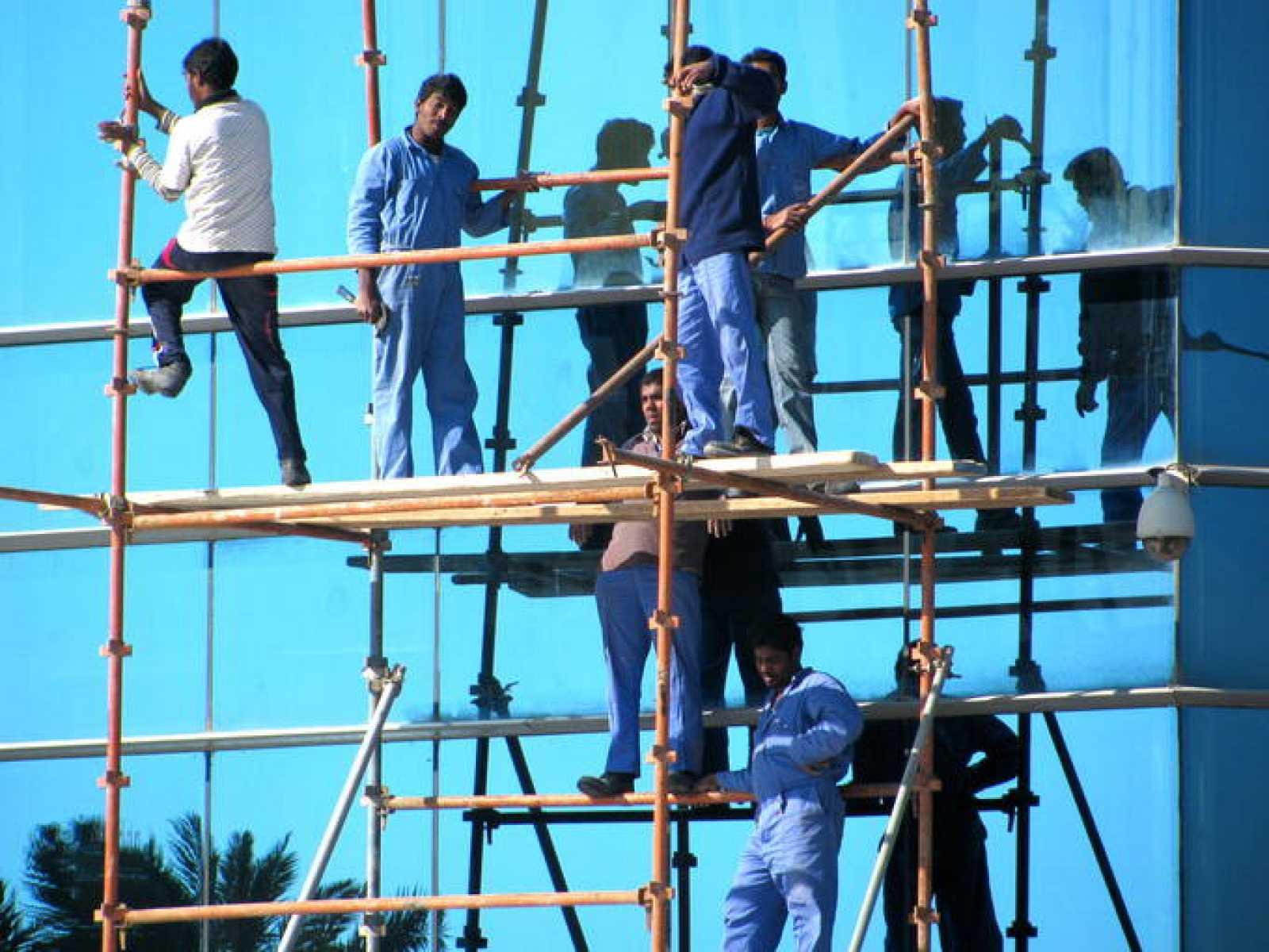 Trabajadores en andamios de Catar.