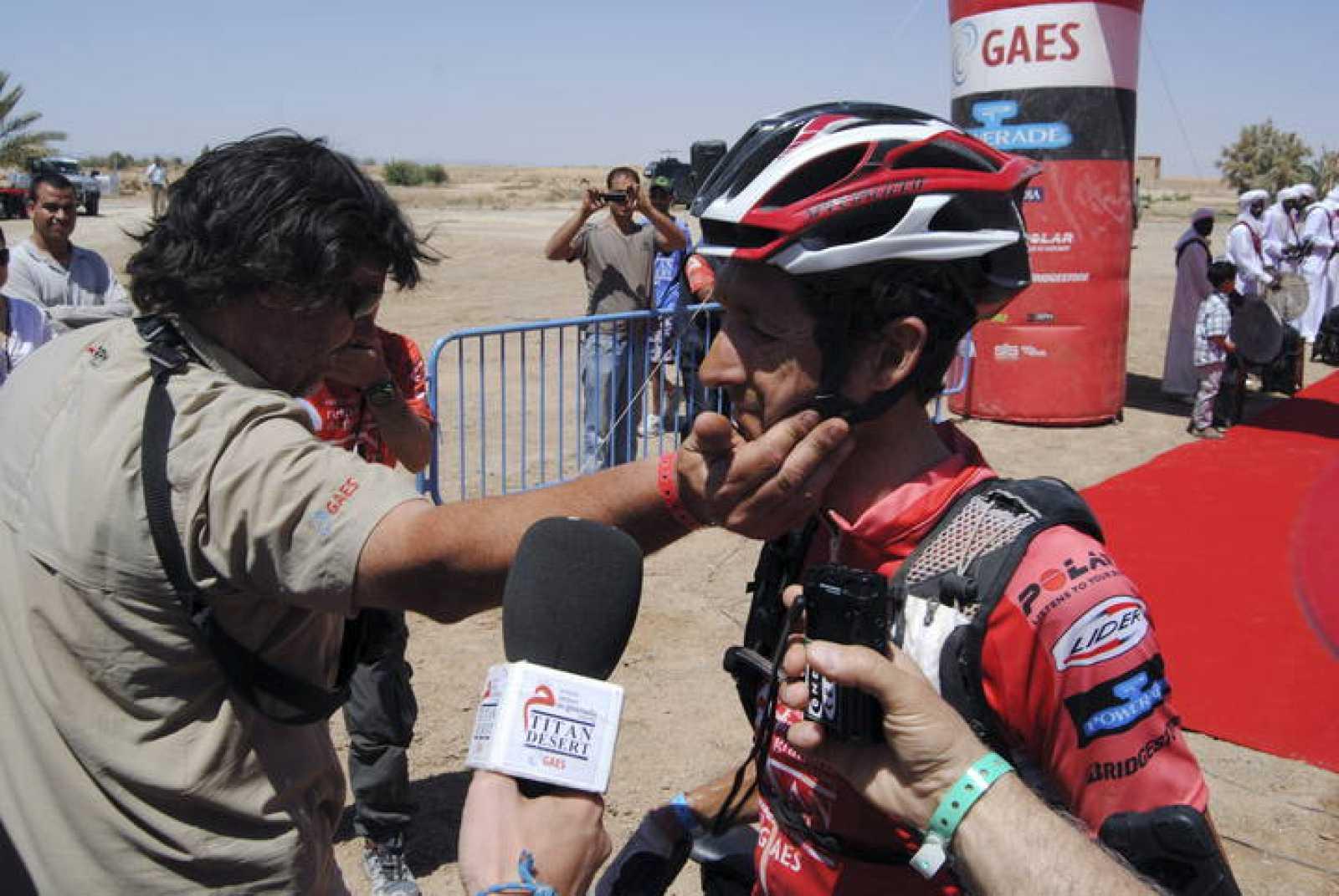 El ciclista Roberto Heras (Gaes1), recibe la felicitación del director general de la prueba Félix Dot