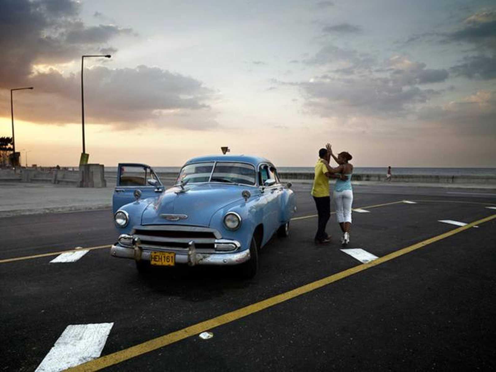 Chevy azul y pareja bailando, de José María Mellado