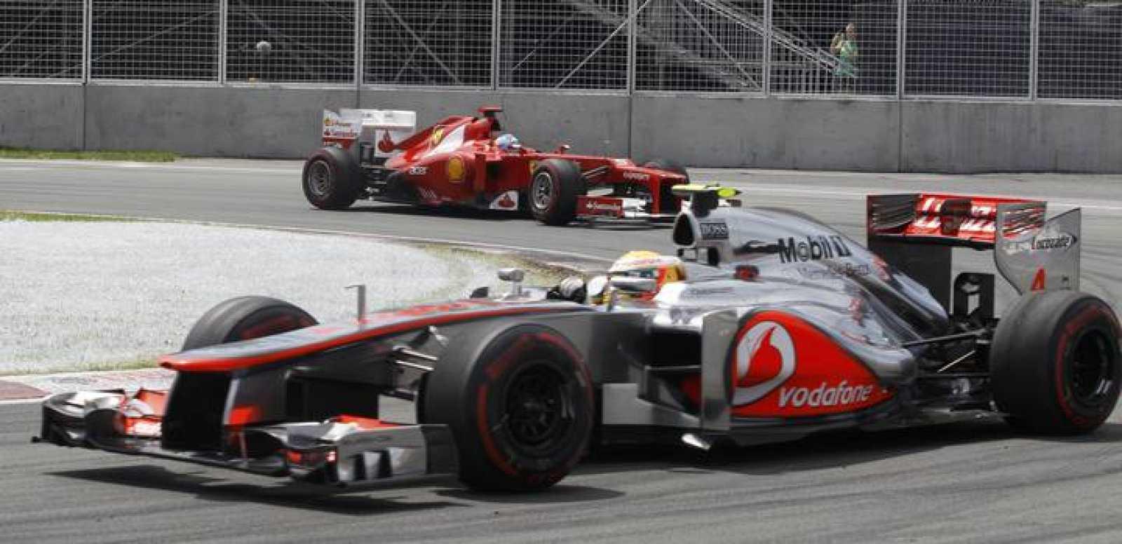 Hamilton conduce su McLaren en Canadá, seguido por Fernando Alonso con su Ferrari
