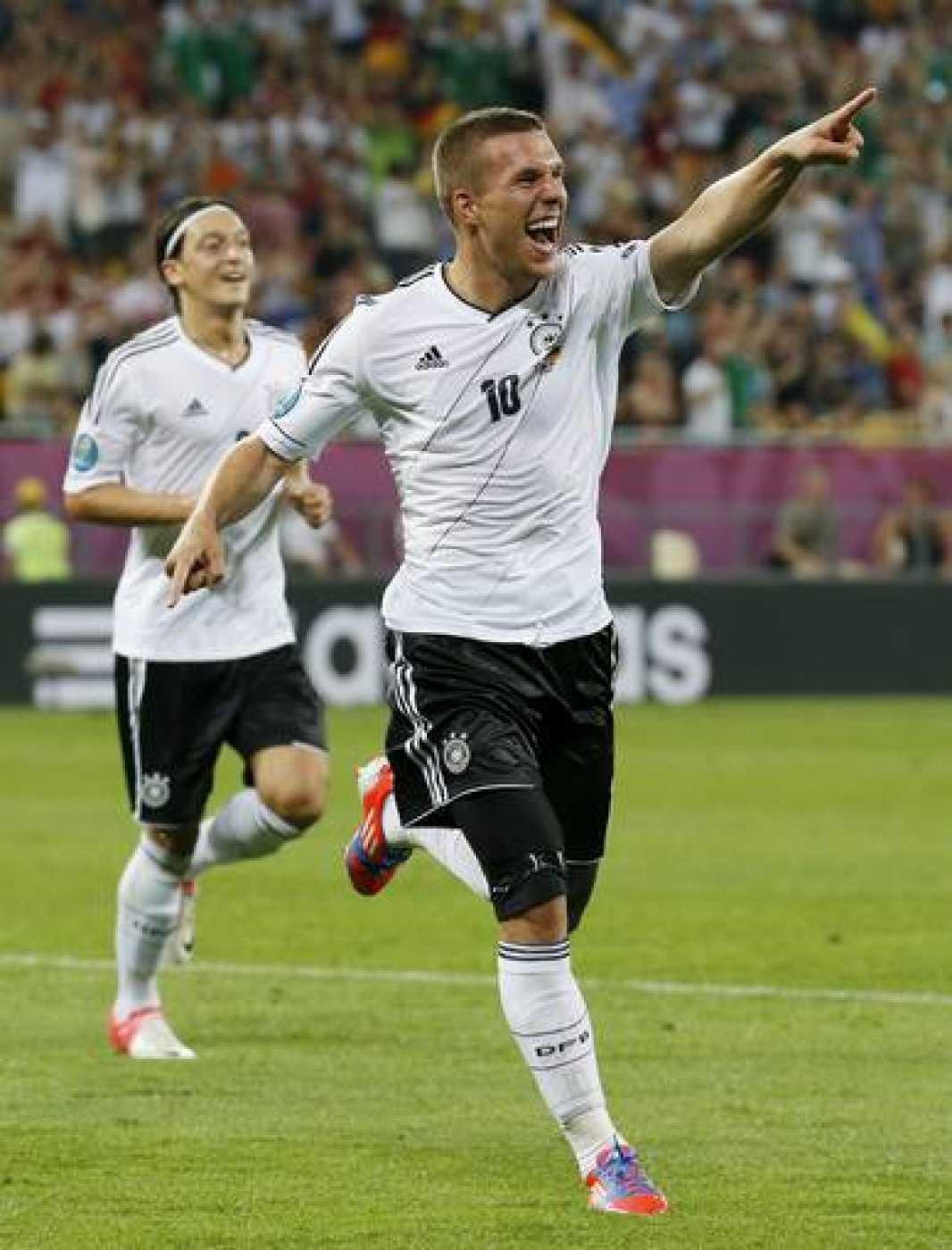 Podolski  celebra tras marcar el primer gol durante el Dinamarca vs Alemania de la Eurocopa