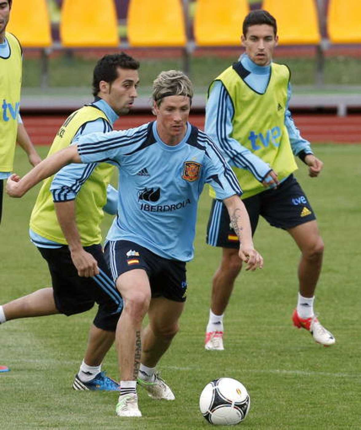 Fernando Torres (c), junto a Álvaro Arbeloa (i) y Jesús Navas (d), durante un entrenamiento de la Eurocopa.