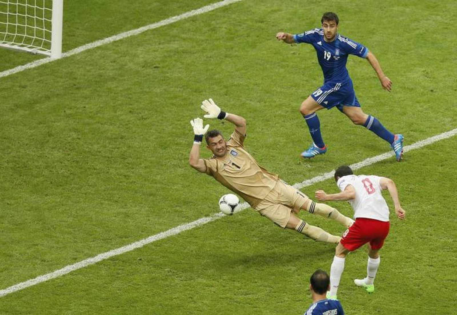 Lewandowski bate a Chalkias en la Eurocopa