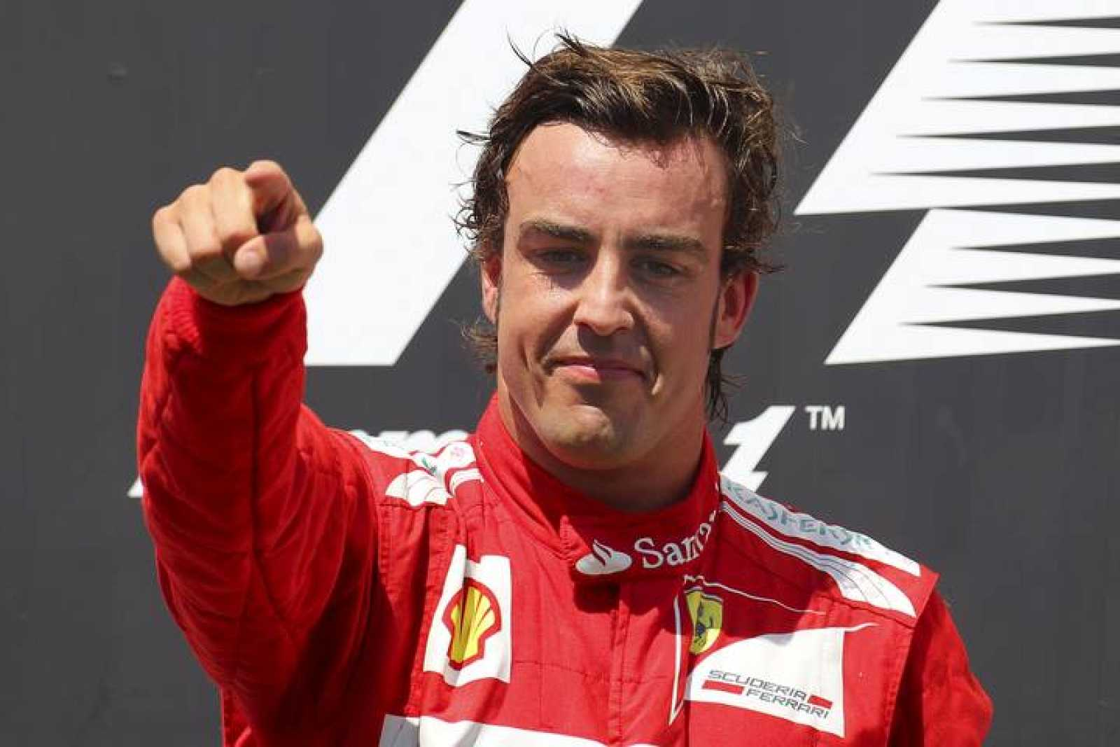 El piloto español de la escudería Ferrari de Fórmula 1, Fernando Alonso, celebra en el podio la victoria