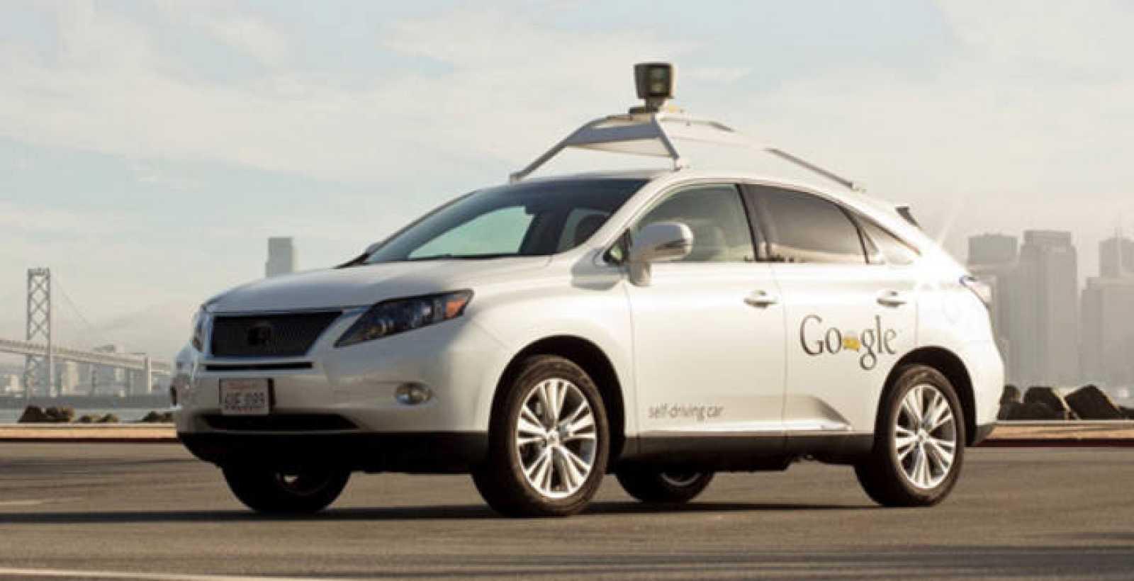 Prototipo de uno de los doce automóviles de conducción autónoma que está probando el buscador