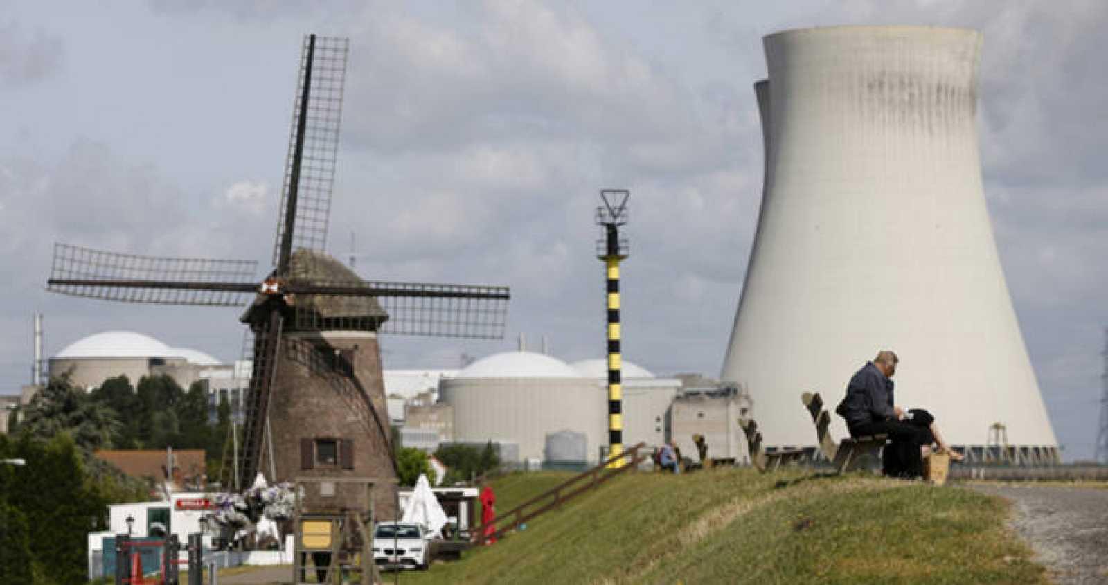 La central nuclear Doel en Bélgica tras su cierre cautelar por las fisuras en su reactor.