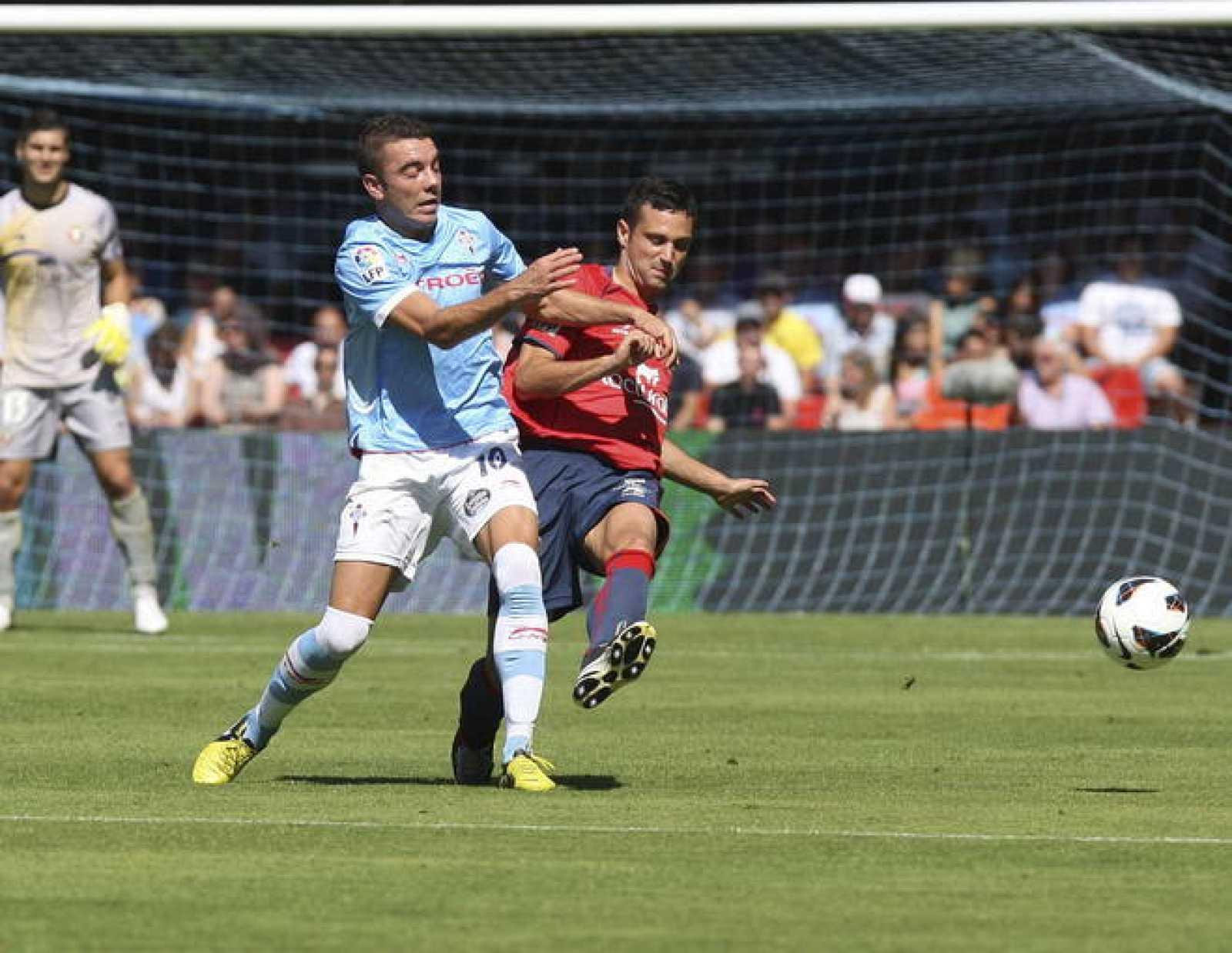 El delantero del Celta Vigo, Iago Aspas (i), lucha la pelota con el defensa del CA Osasuna, Alejandro Arribas