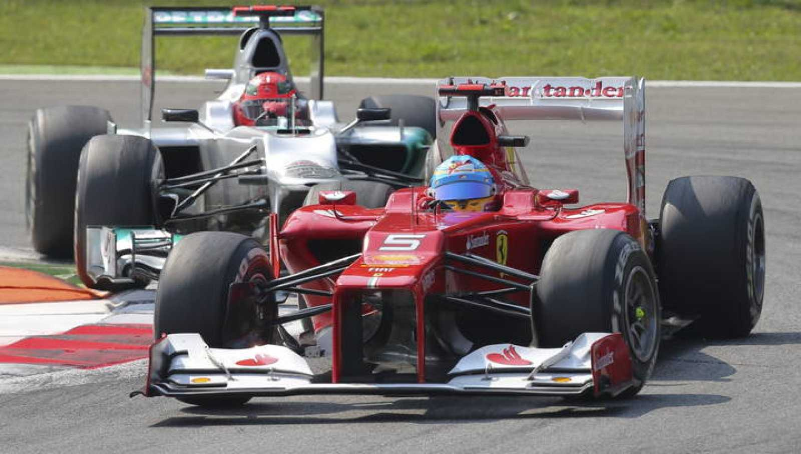 El piloto español Fernando Alonso, de la escudería Ferrari, en uno de sus adelantamientos en Monza.