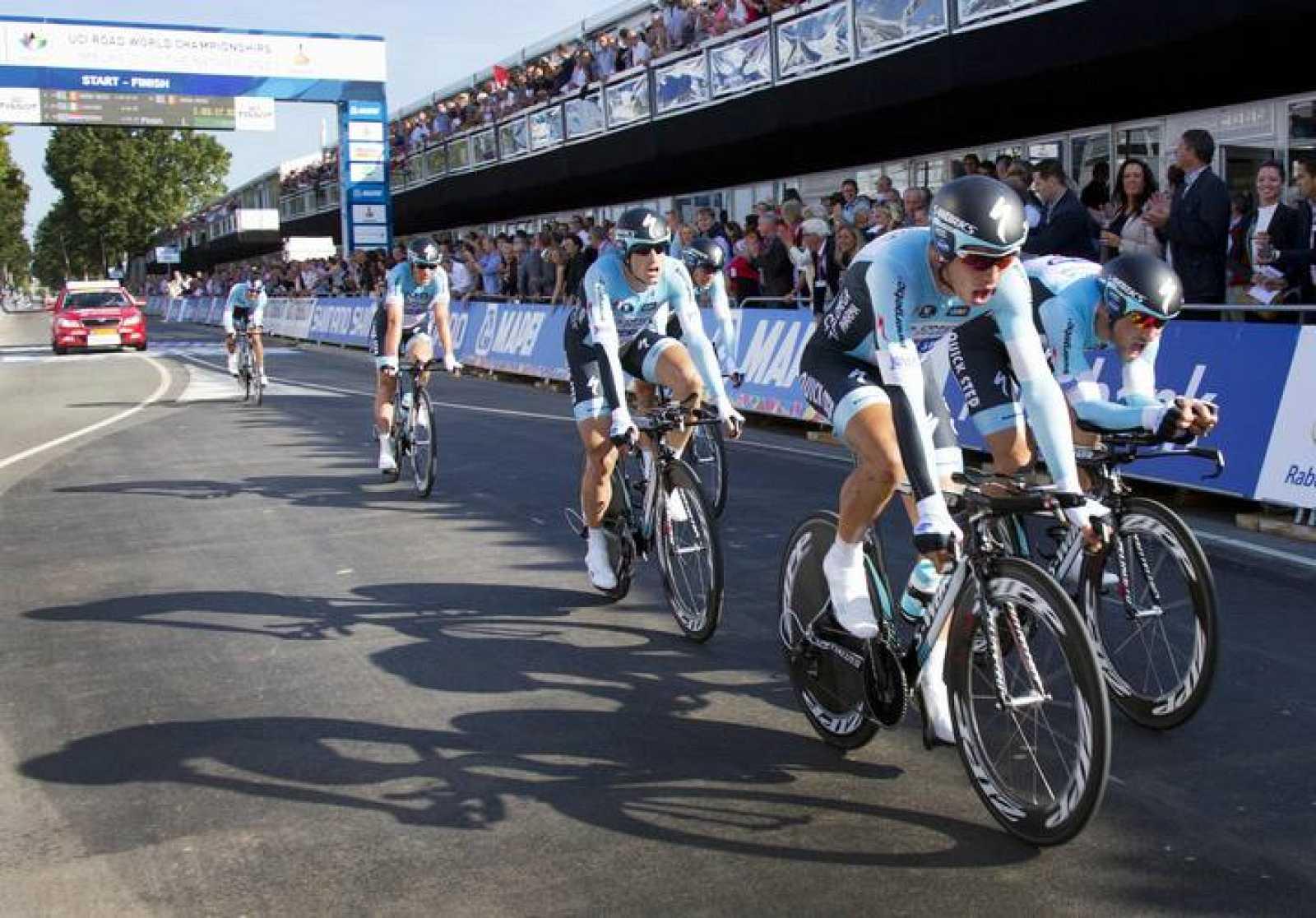 Los corredores del equipo belga Omega Pharma-Quick Step cruzan la línea de meta del mundial contrarreloj por equipo disputado en Valkenburg, Holanda.