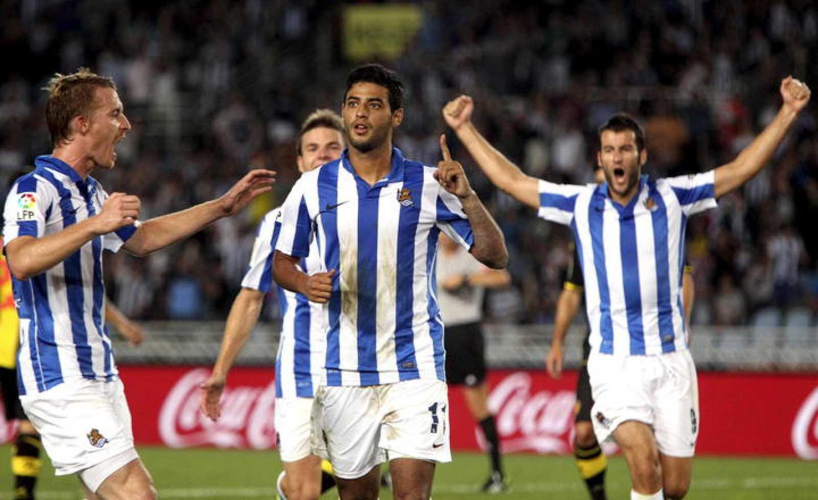 Carlos Vela celebra con sus compañeros el gol de penalti que marcó al Real Zaragoza.