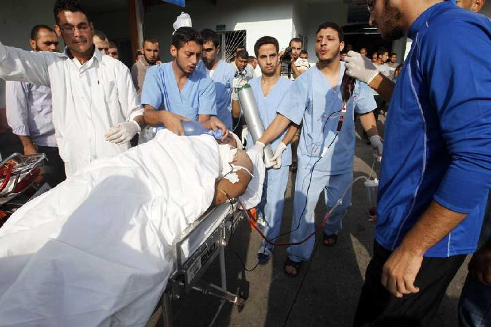 Sanitarios trasladan a un palestino herido desde Beit Lahia, en el norte de la franja de Gaza, hasta el hospital de Al Shafa.