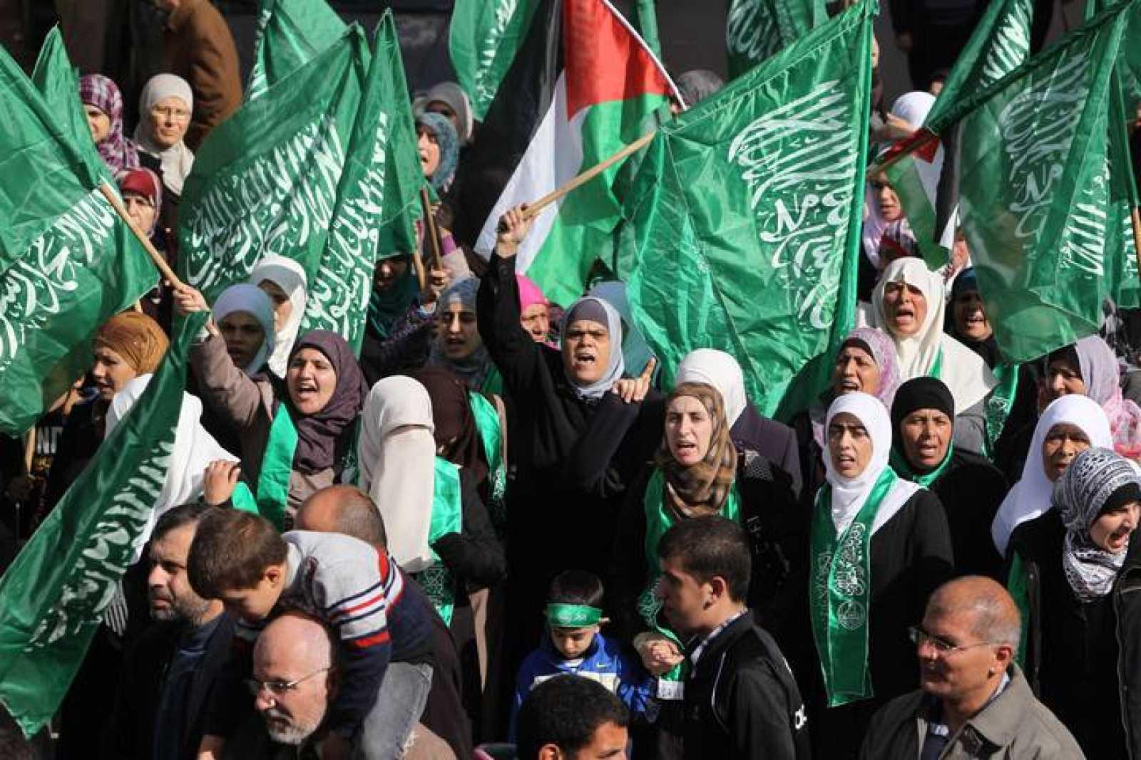 Un grupo de manifestantes palestinos protestan agitando las banderas de Hamás en la ciudad de Ramalá contra la ofensiva militar israelí en Gaza