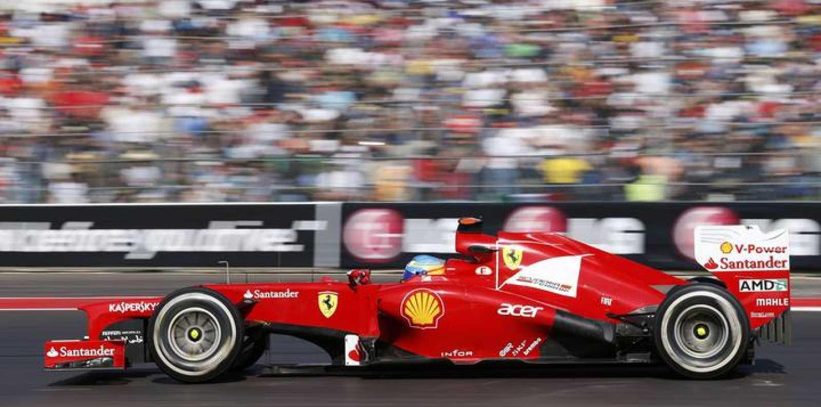 El piloto de Fórmula 1 Fernando Alonso rueda sobre el circuito de Austin.