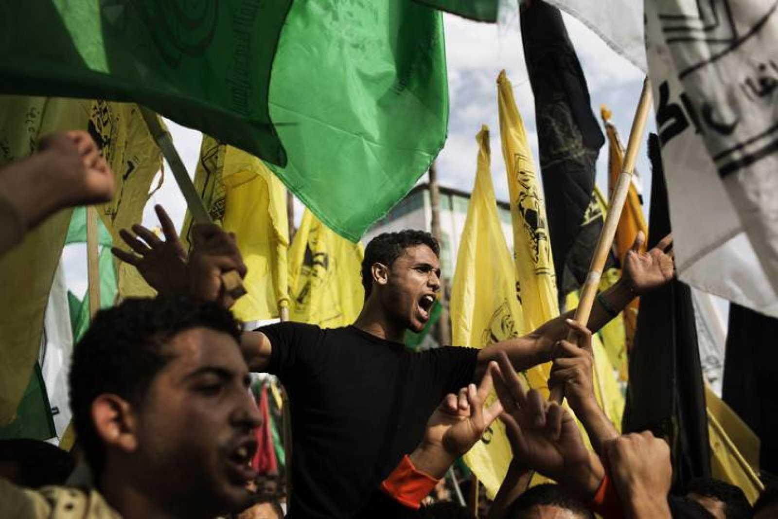 Banderas de Hamás y Fatah durante las celebraciones en Gaza el 22 de noviembre, tras el alto el fuego con Israel