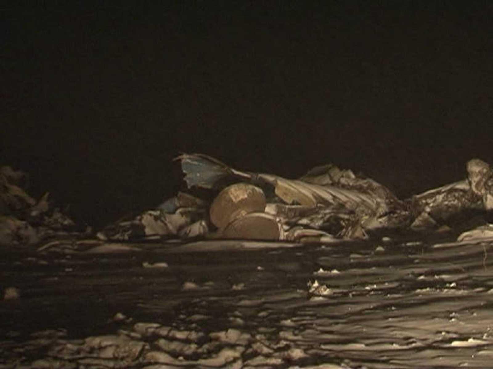 Restos del avión Antonov que se ha estrellado en Kazajstán, causando 27 muertos