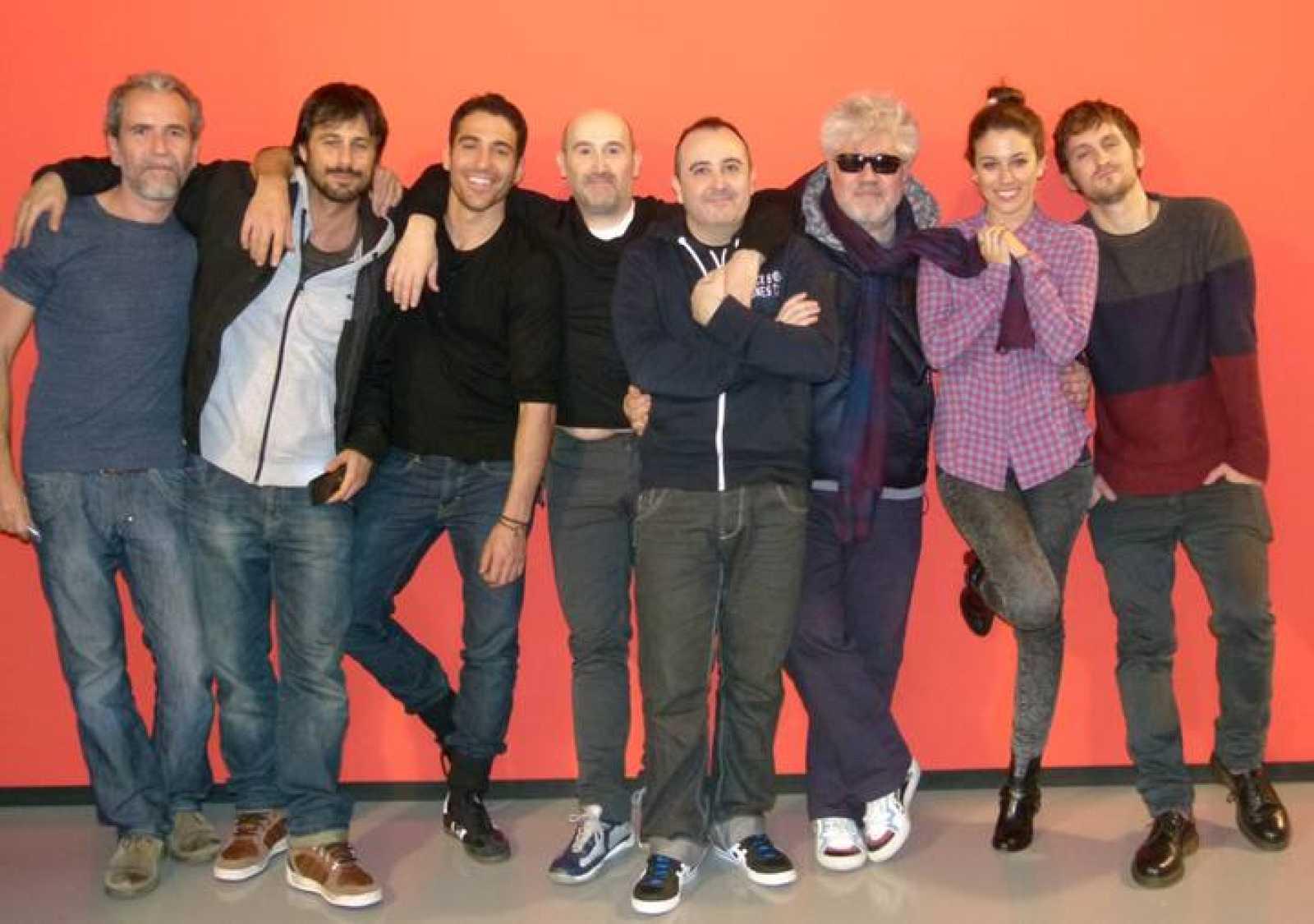 Almodóvar y su equipo de actores, después de ver la primera proyección