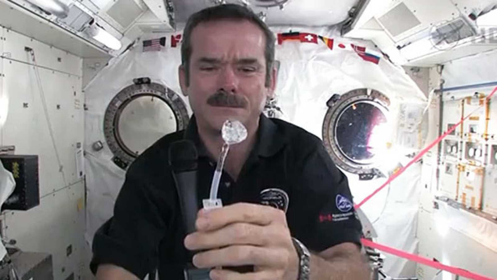 Chris Hadfield explica cómo lavarse las manos en el espacio